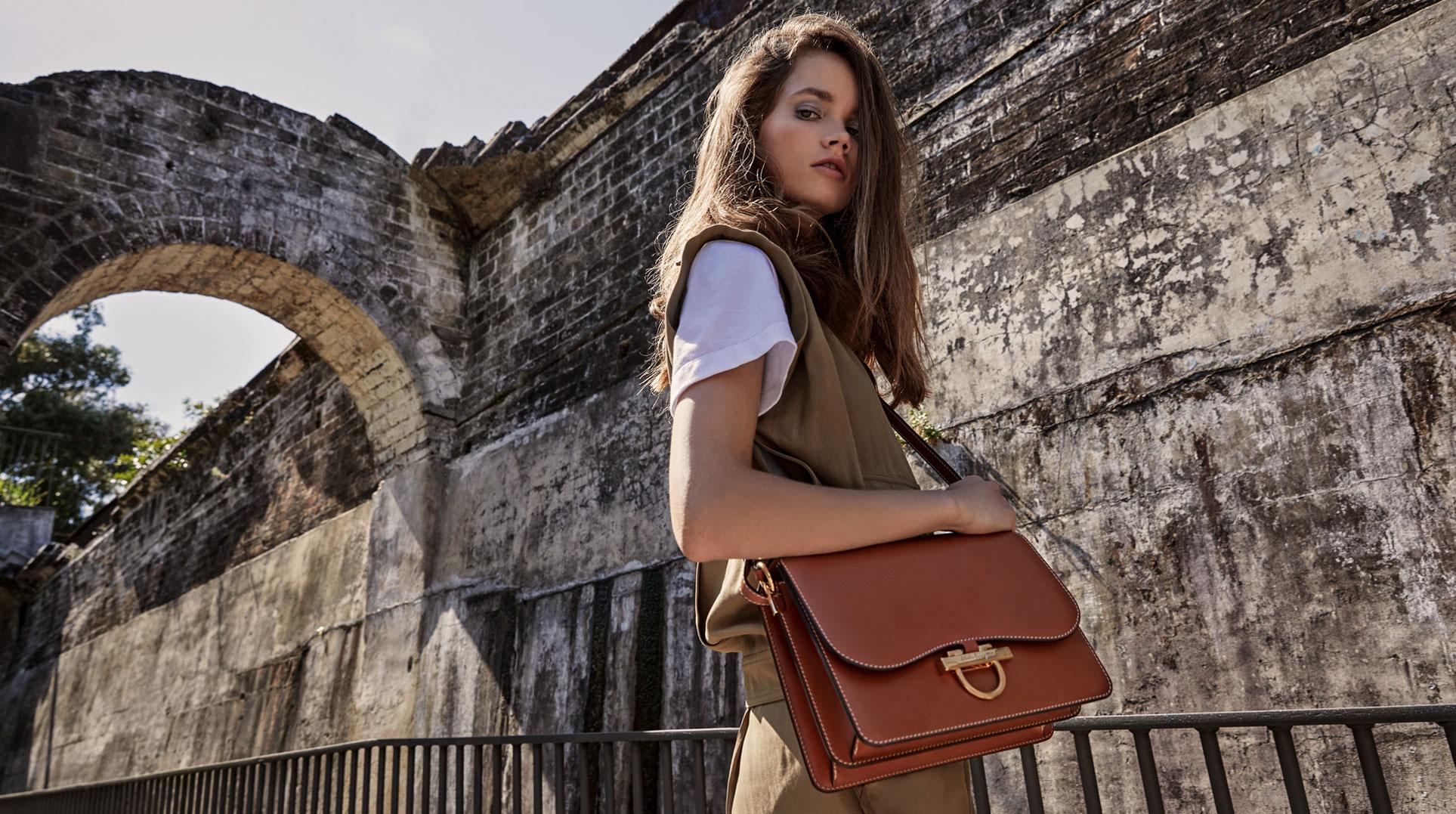 Модные сумочки Salvatore Ferragamo в исторических интерьерах / фото 05