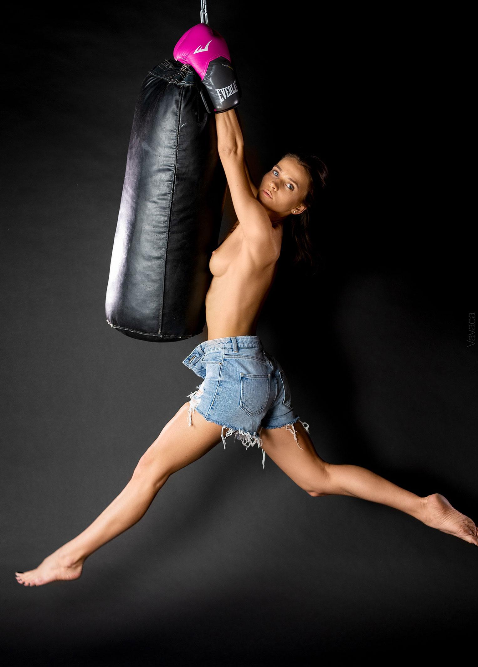 голая Кристина Макарова занимается боксом / фото 03