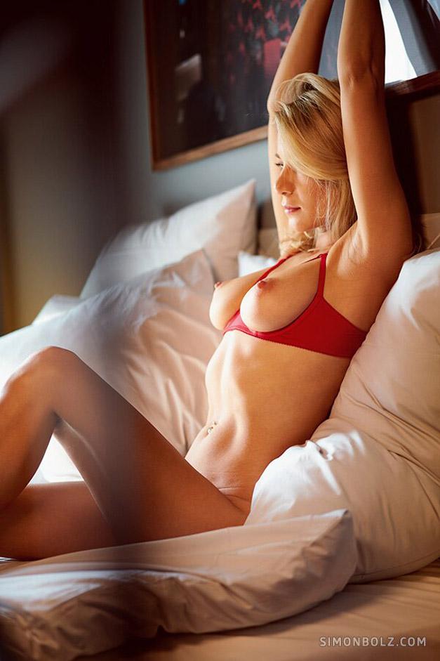 Голая и сексуальная Даша Литвин в эротичном красном белье / фото 09