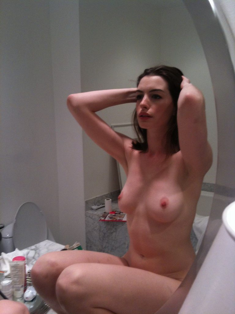 Anne Hathaway Nude & Boobs Leaked Photos