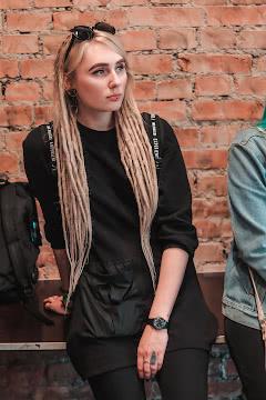 Модница с дредами