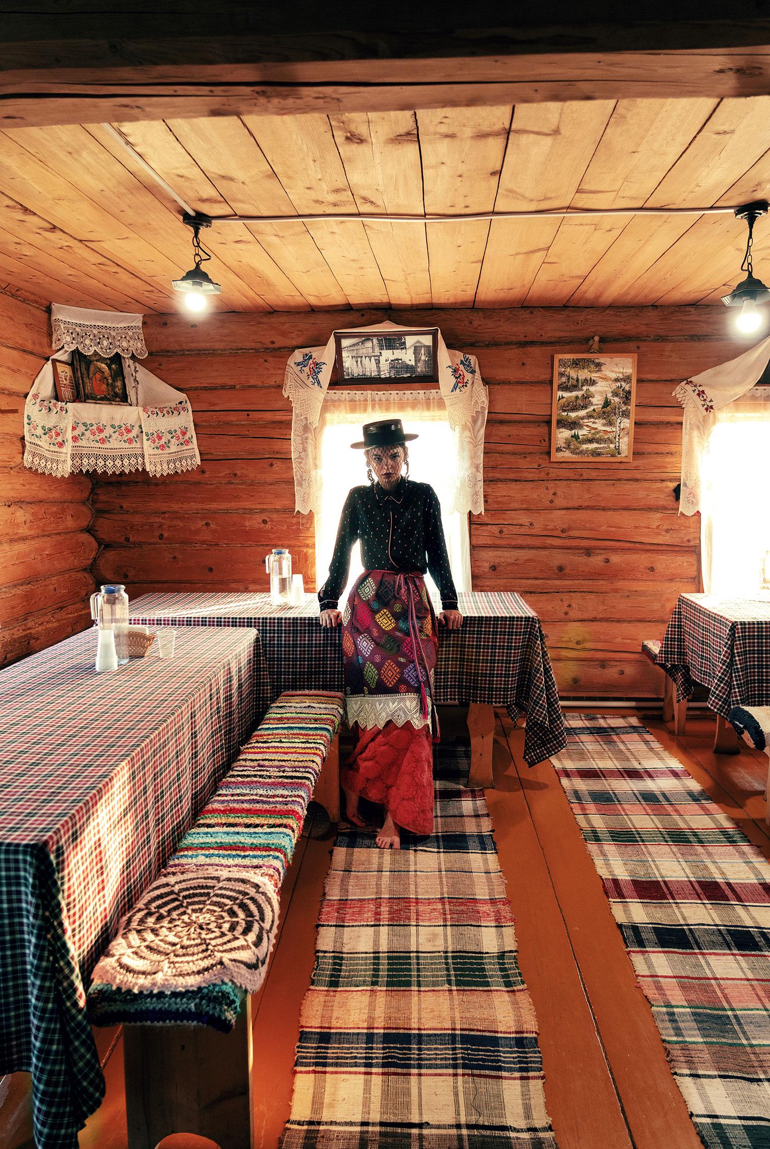 Модные наряды в деревенских интерьерах / фото 10