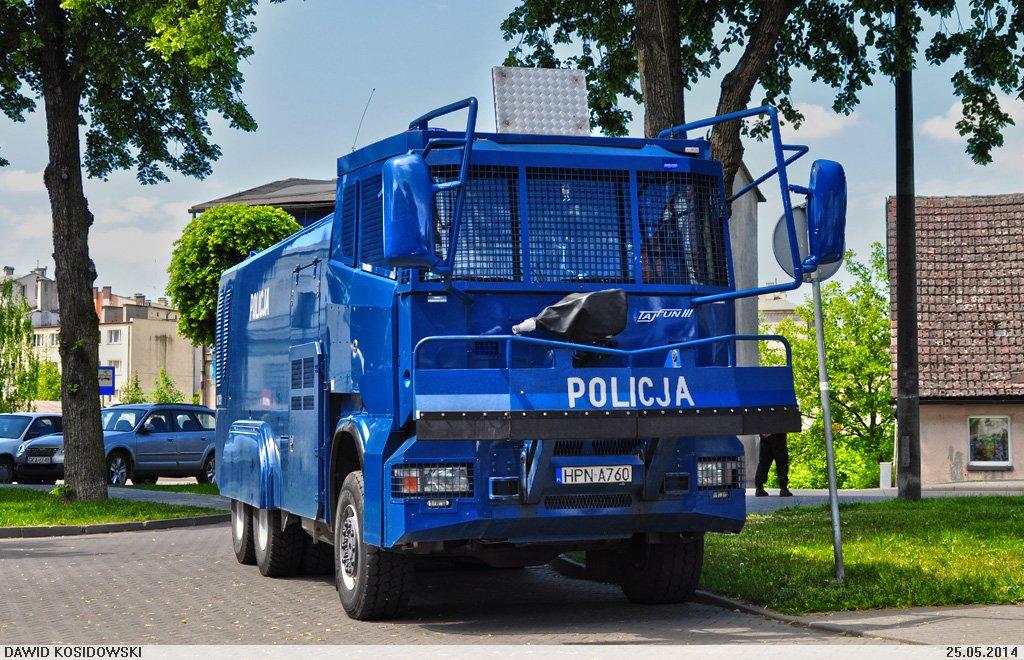To może być gorące lato. Policja zbroi się na potęgę: w armatki wodne, wozy wypadowe i amunicję.