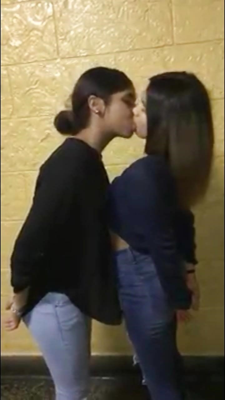 Hottest kiss girls-6471