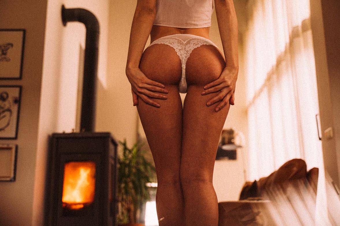 мечтающая девушка в кружевном нижнем белье / фото 10