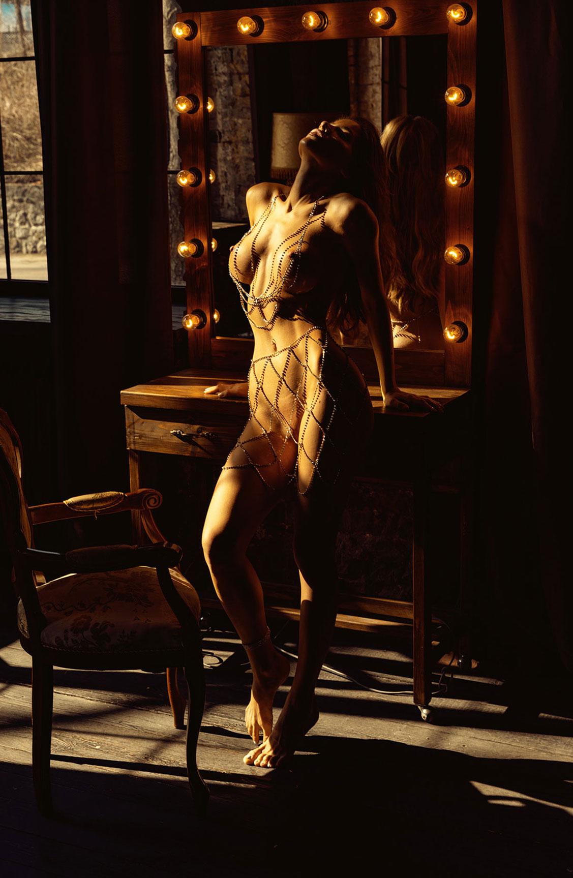 Сексуальная голая девушка в драгоценных цепях / фото 15