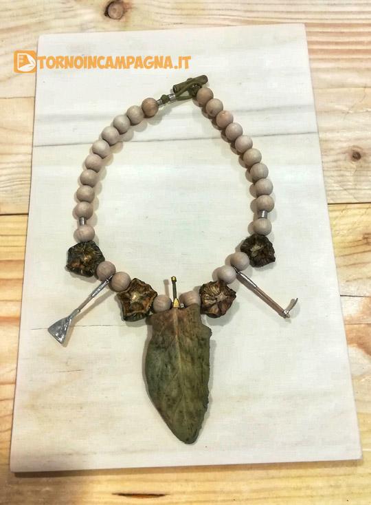 Una collana presente nella mostra.