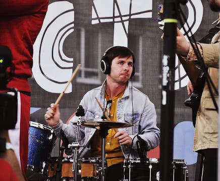 Барабанщик в наушниках