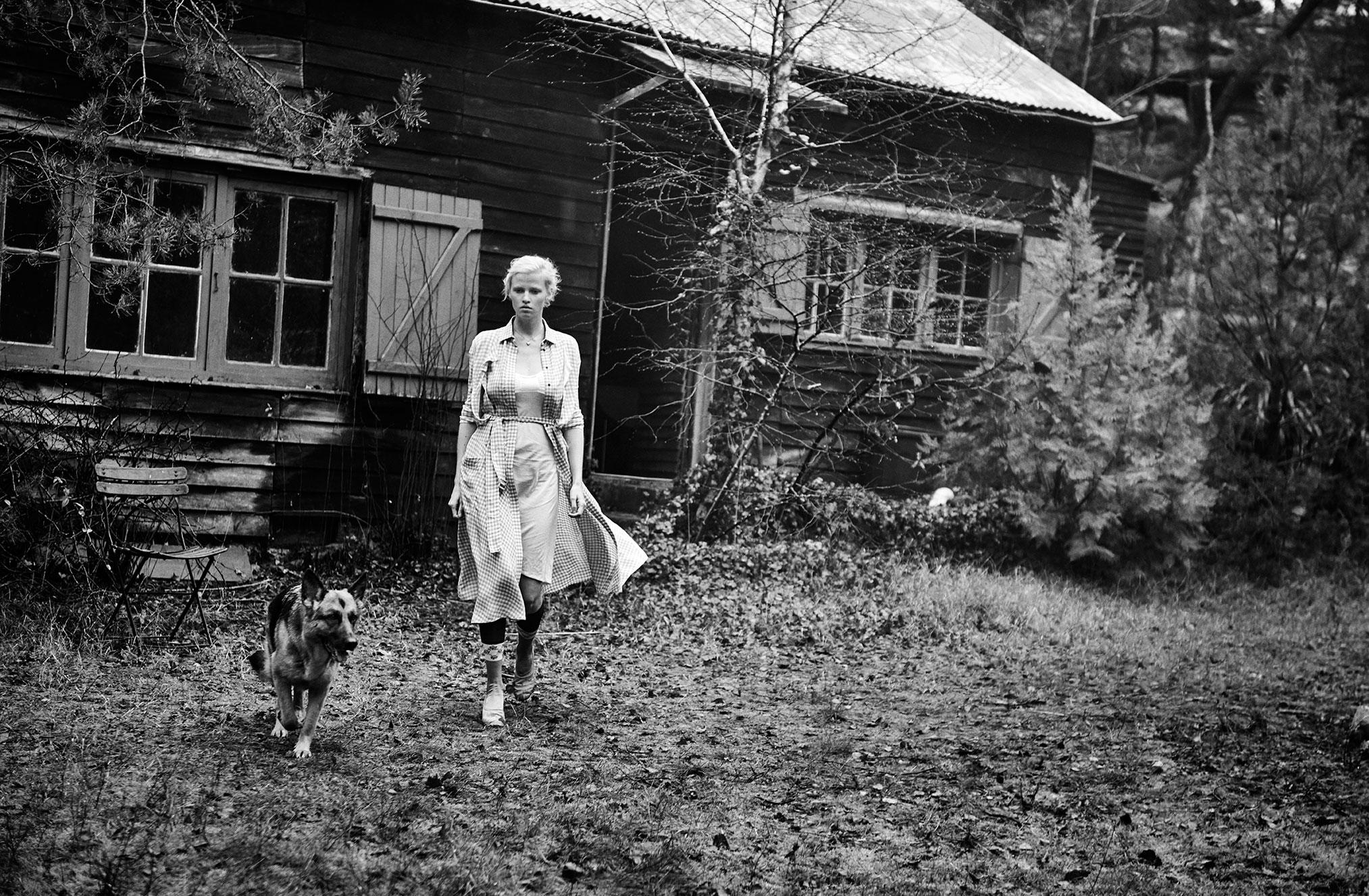 Лара Стоун с собакой в деревенском домике / фото 01