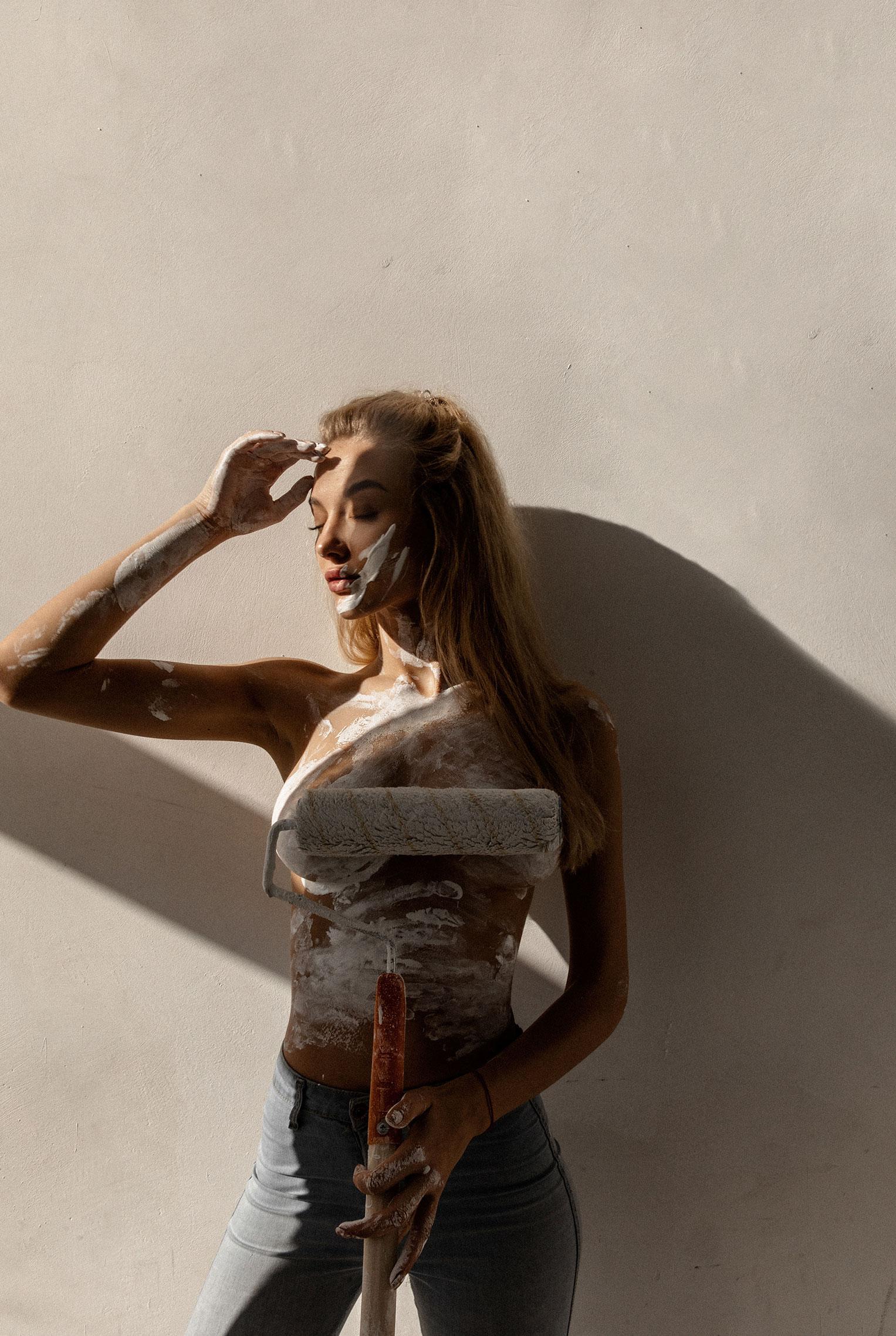 Сексуальная Маша красила стены и заляпалась в краске / фото 05