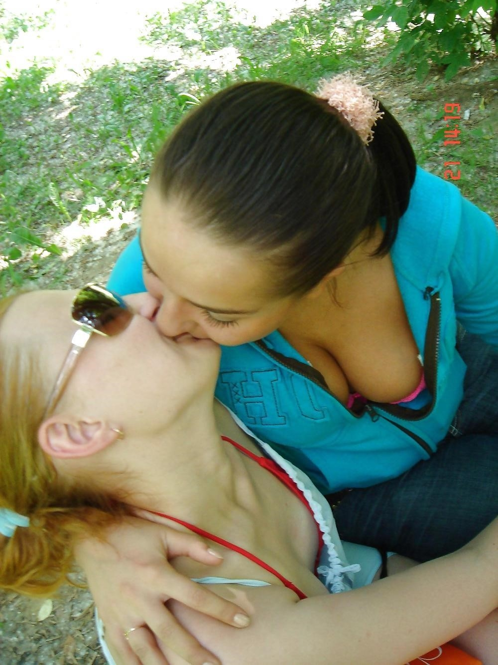 Two hot kissing girls-8846