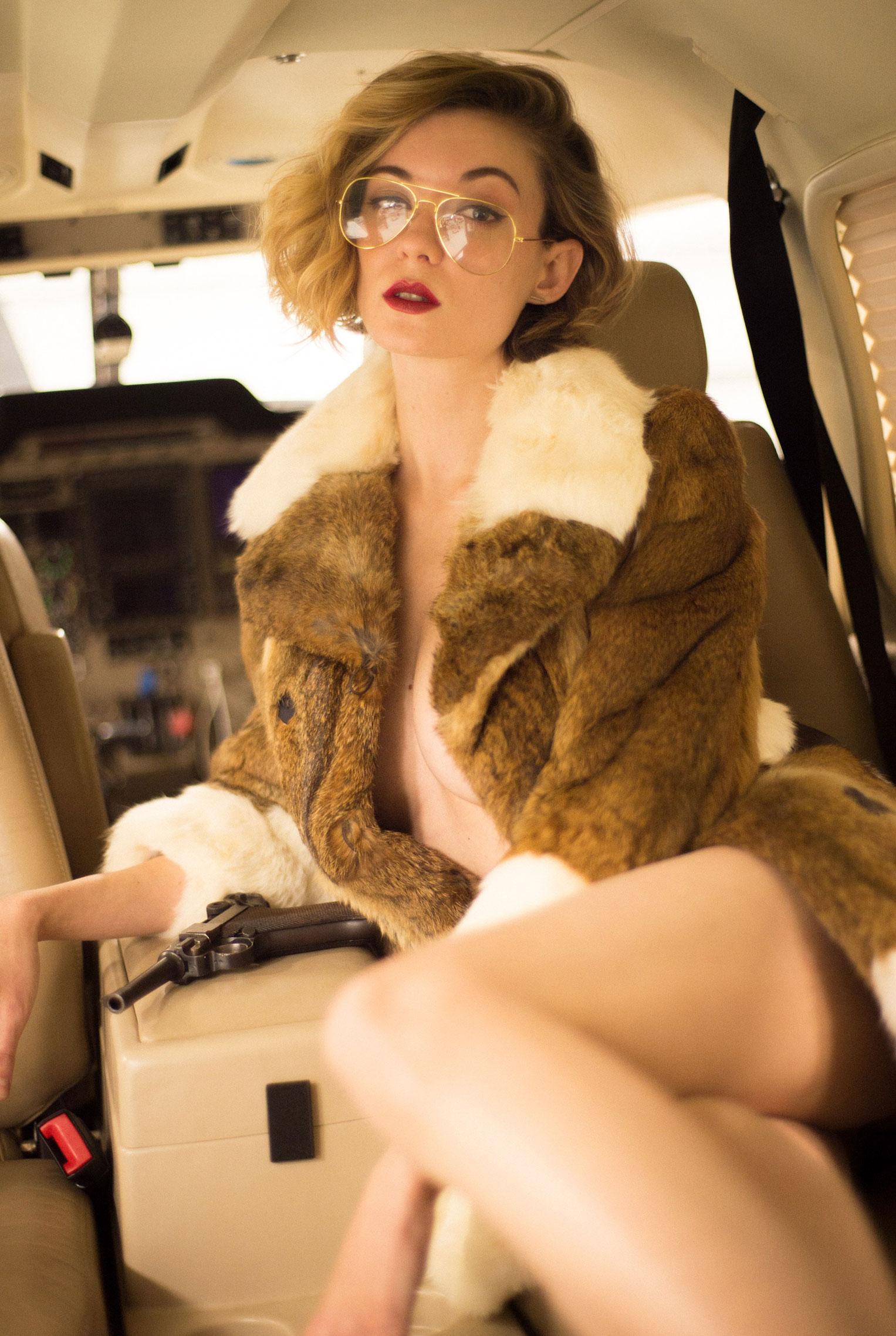 сексуальная угонщица самолета Анна-Лиза / фото 02