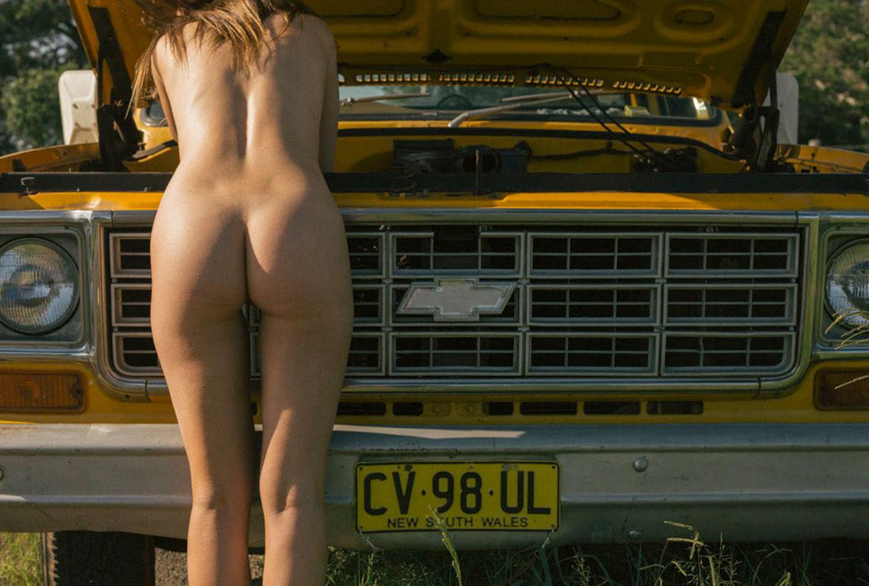 голая девушка в желтом грузовике на пустынной дороге / фото 26