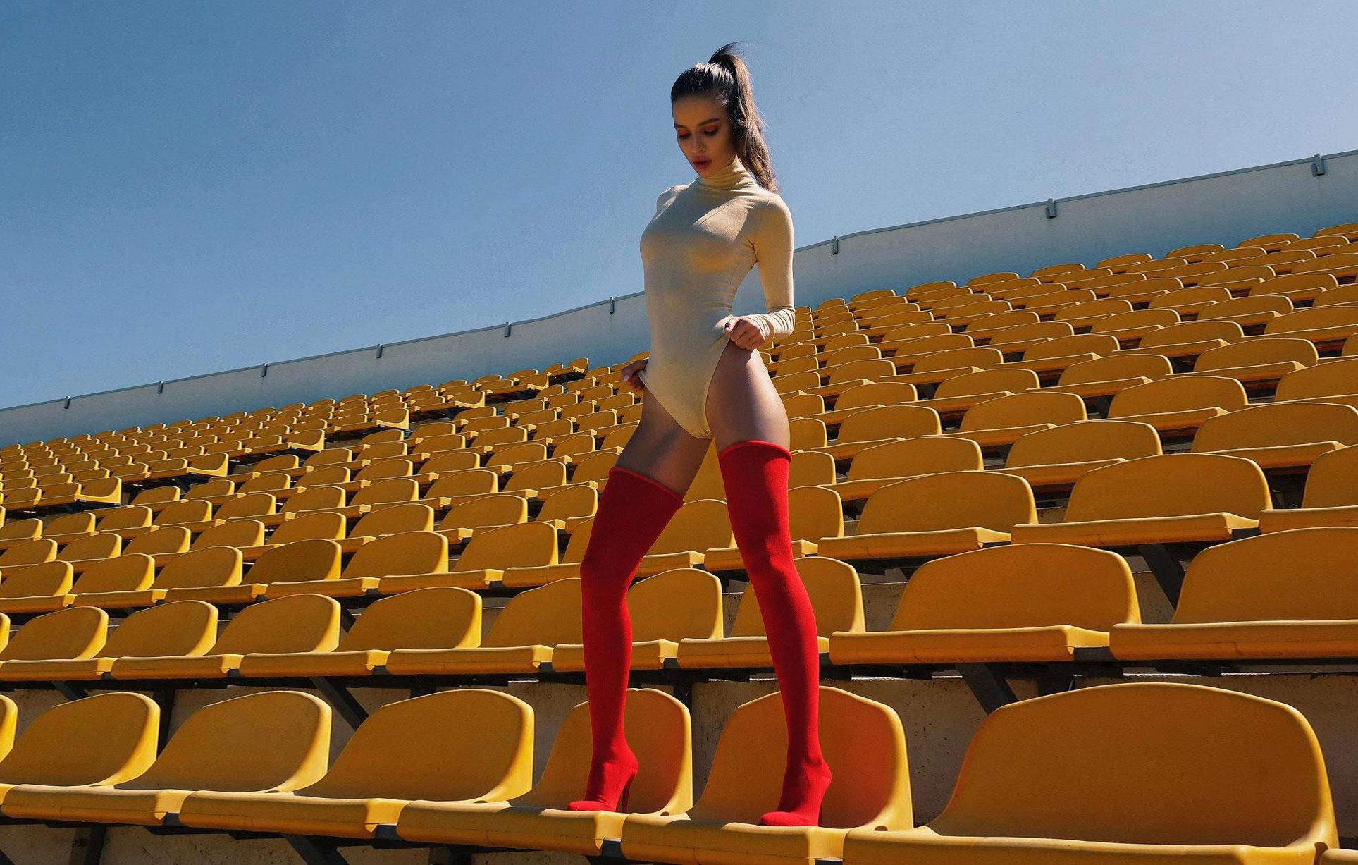 Вика Андреева в очень длинных красных носках / фото 01