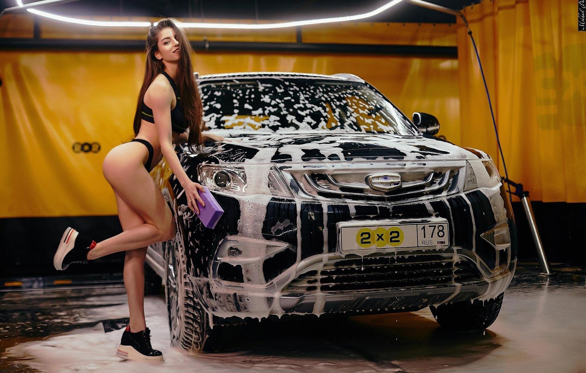 Анна Сазонова в купальнике моет машину / фото 02