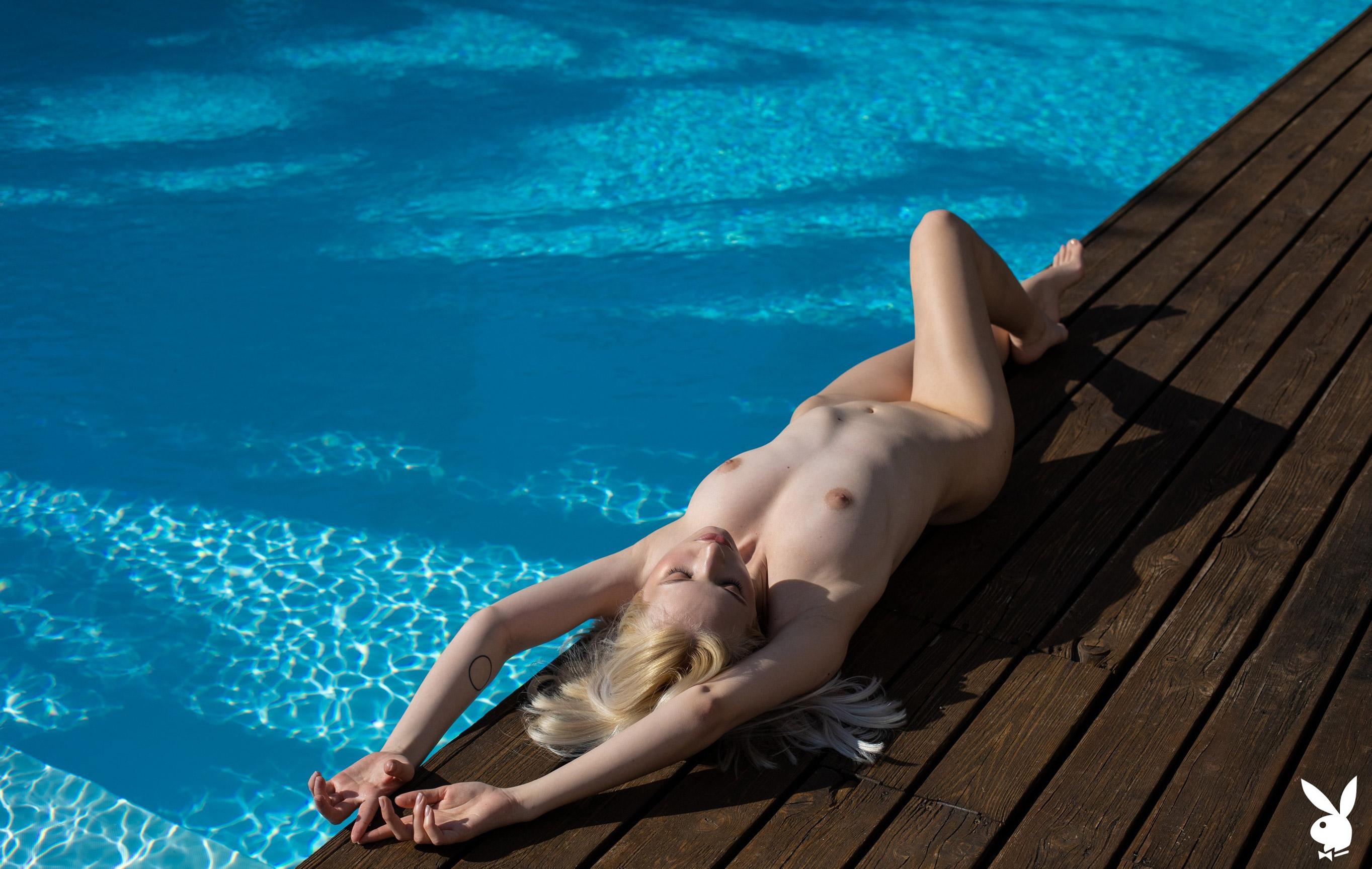 Голая Моника отдыхает у бассейна в тропиках / фото 13