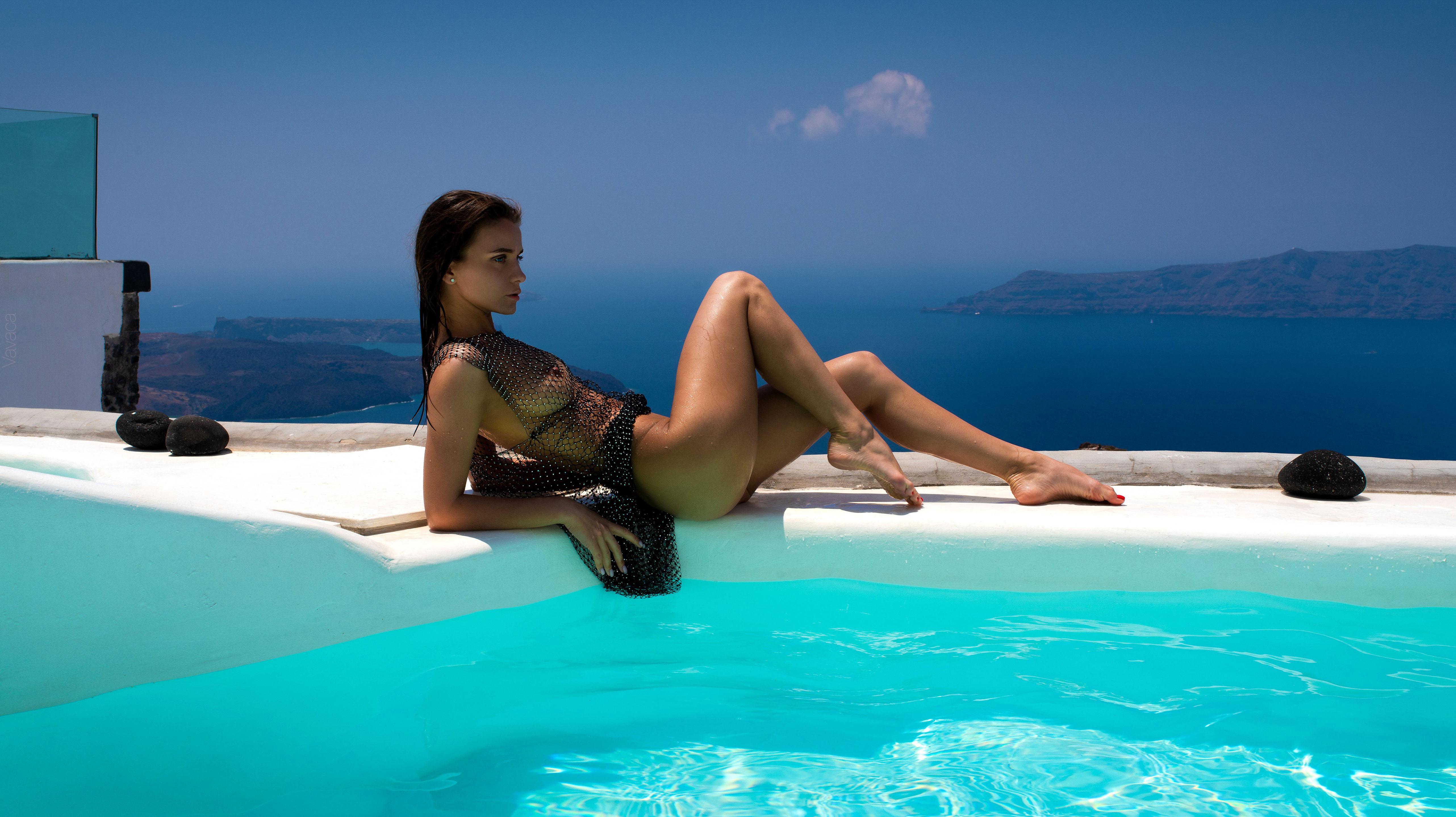 голая Кристина Макарова в бассейне над островом Санторини / фото 01