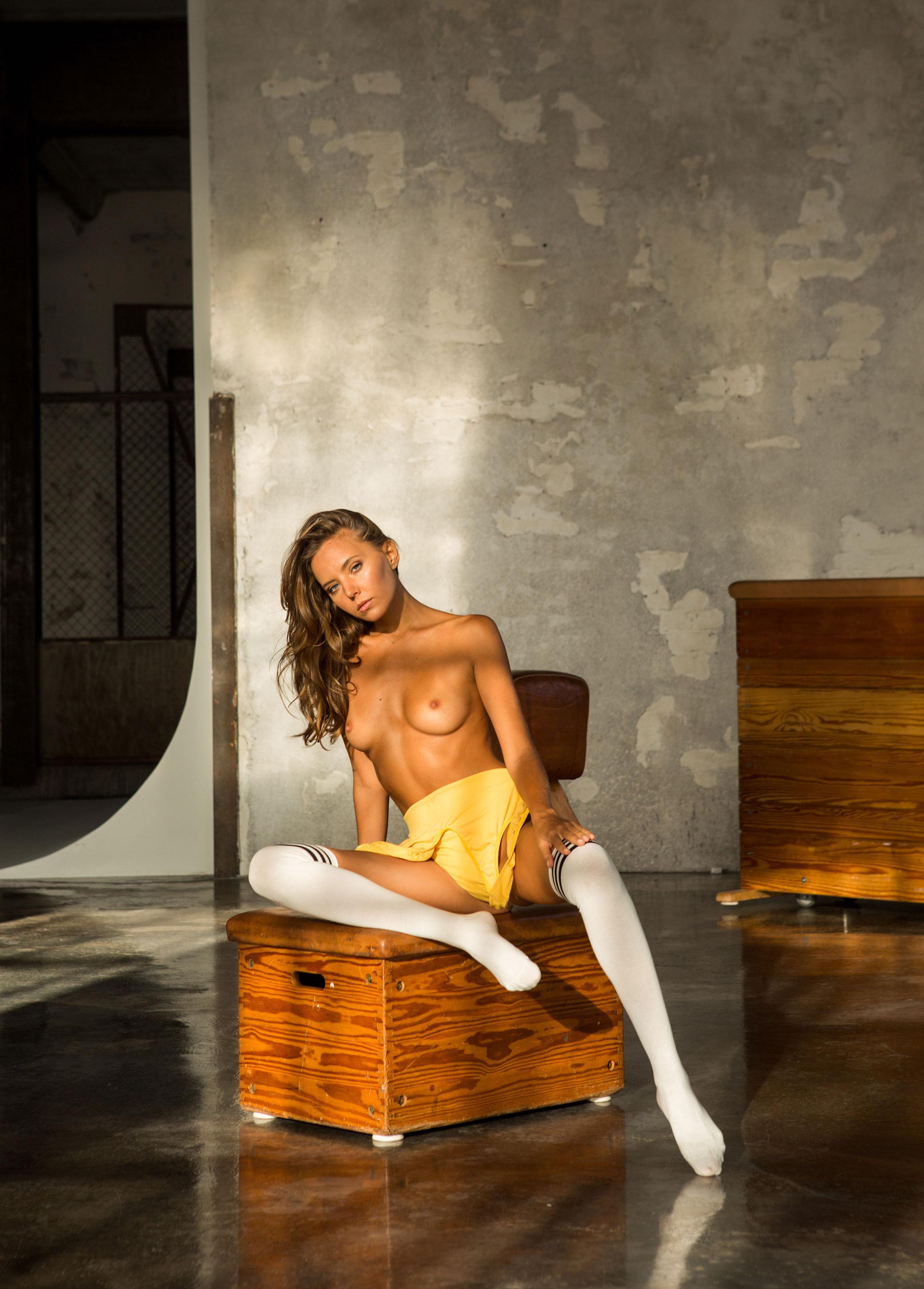 голая Катя Кловер занимается гимнастикой в спортзале / фото 02