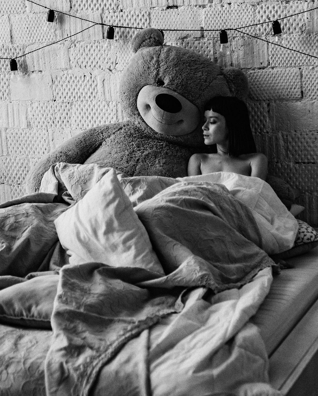 жених и невеста - Полина Князева в постели с игрушечным медведем / Polina Knyazeva nude by Alexey Trifonov