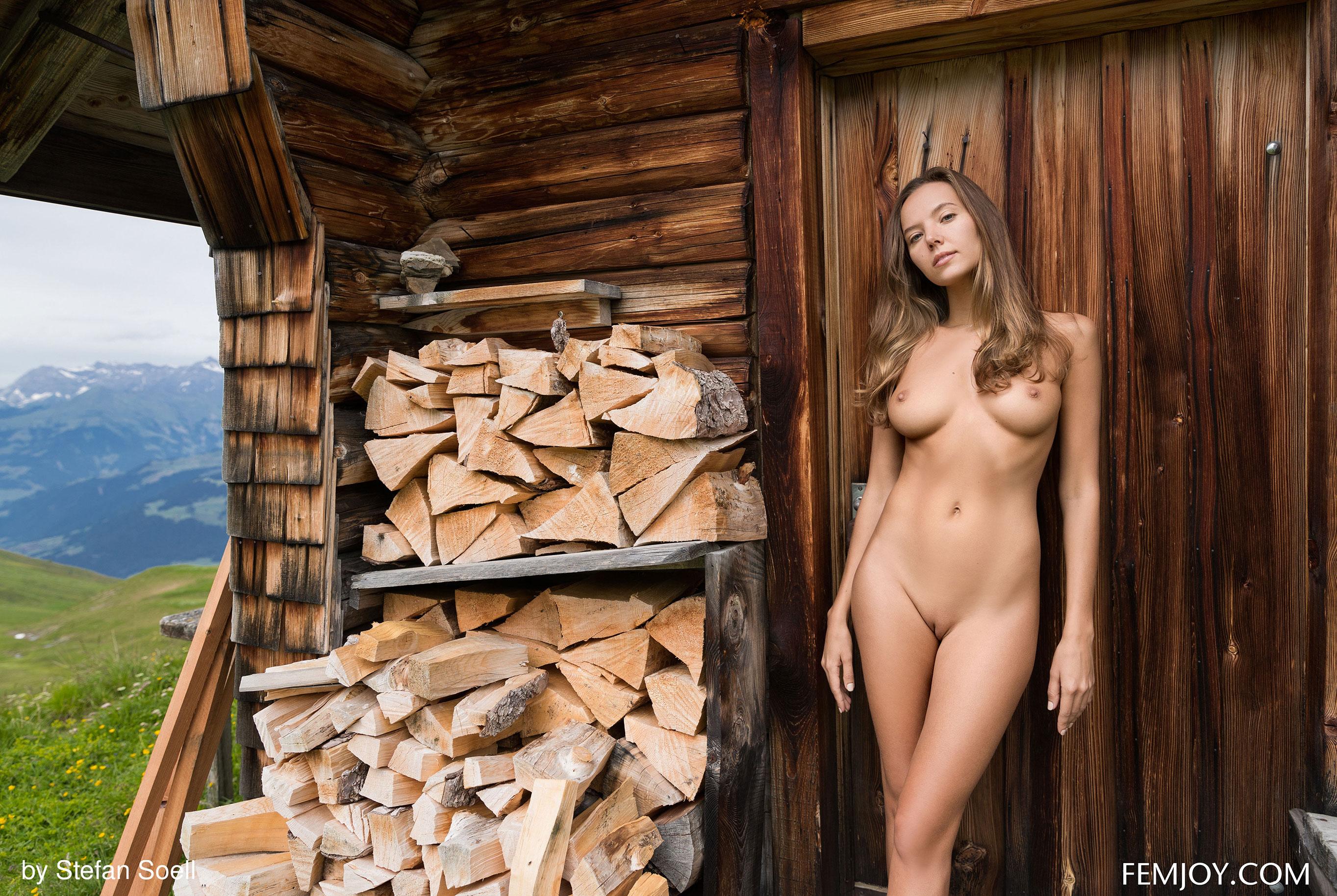 Сексуальная Катя - голая и одинокая в избушке на склоне Альпийских гор / фото 14
