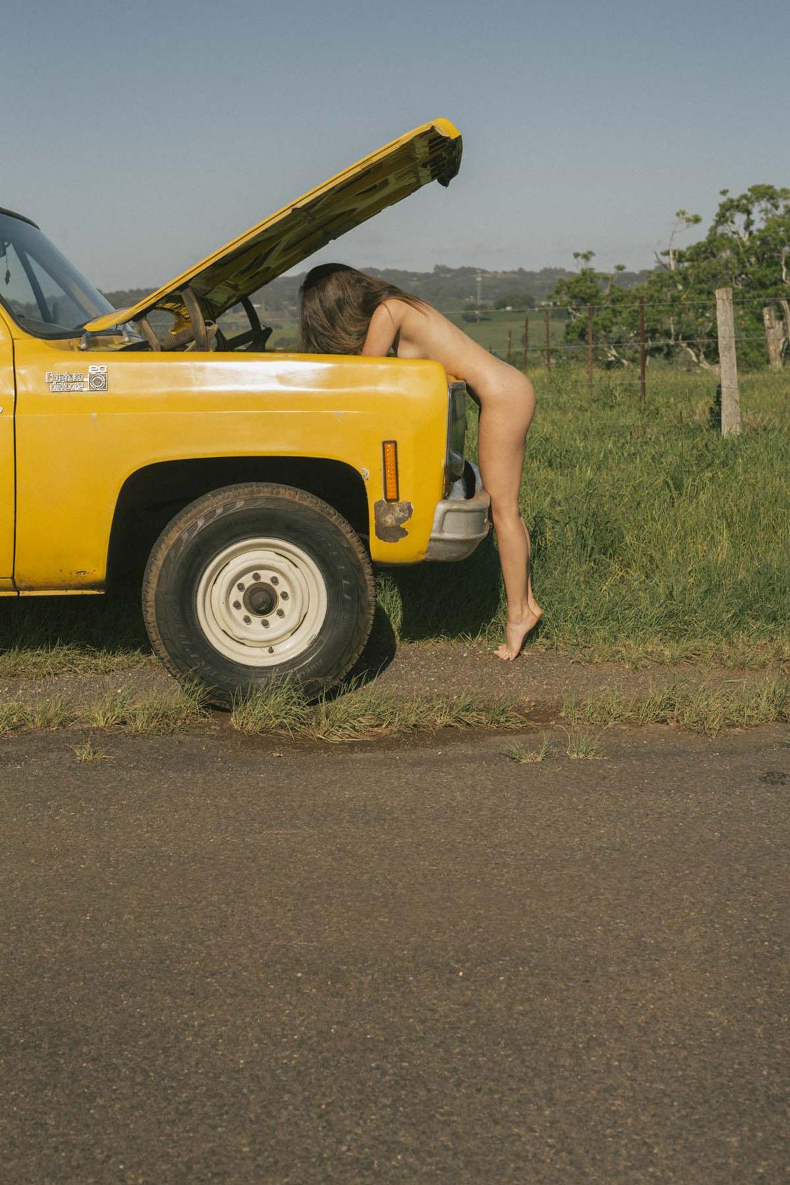 голая девушка в желтом грузовике на пустынной дороге / фото 27