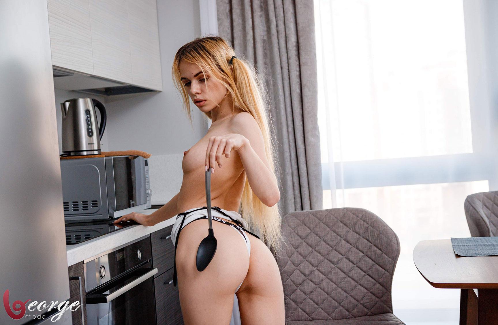 Саша Смелова готовит пиццу и развлекается с ней / фото 09