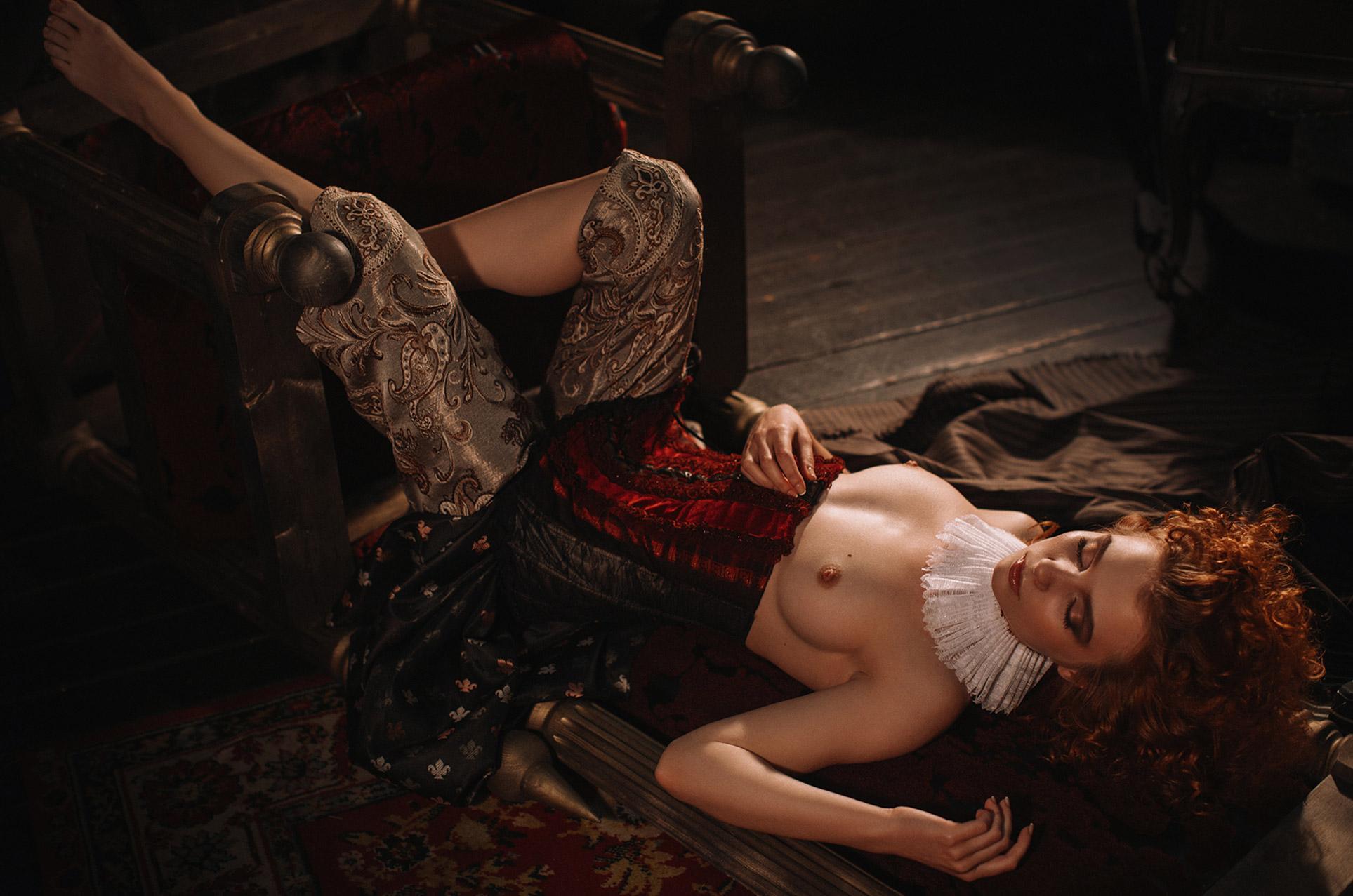 Голая Марта Громова примеряет сапожки и шляпки / Marta Gromova by Roman Tretyakov