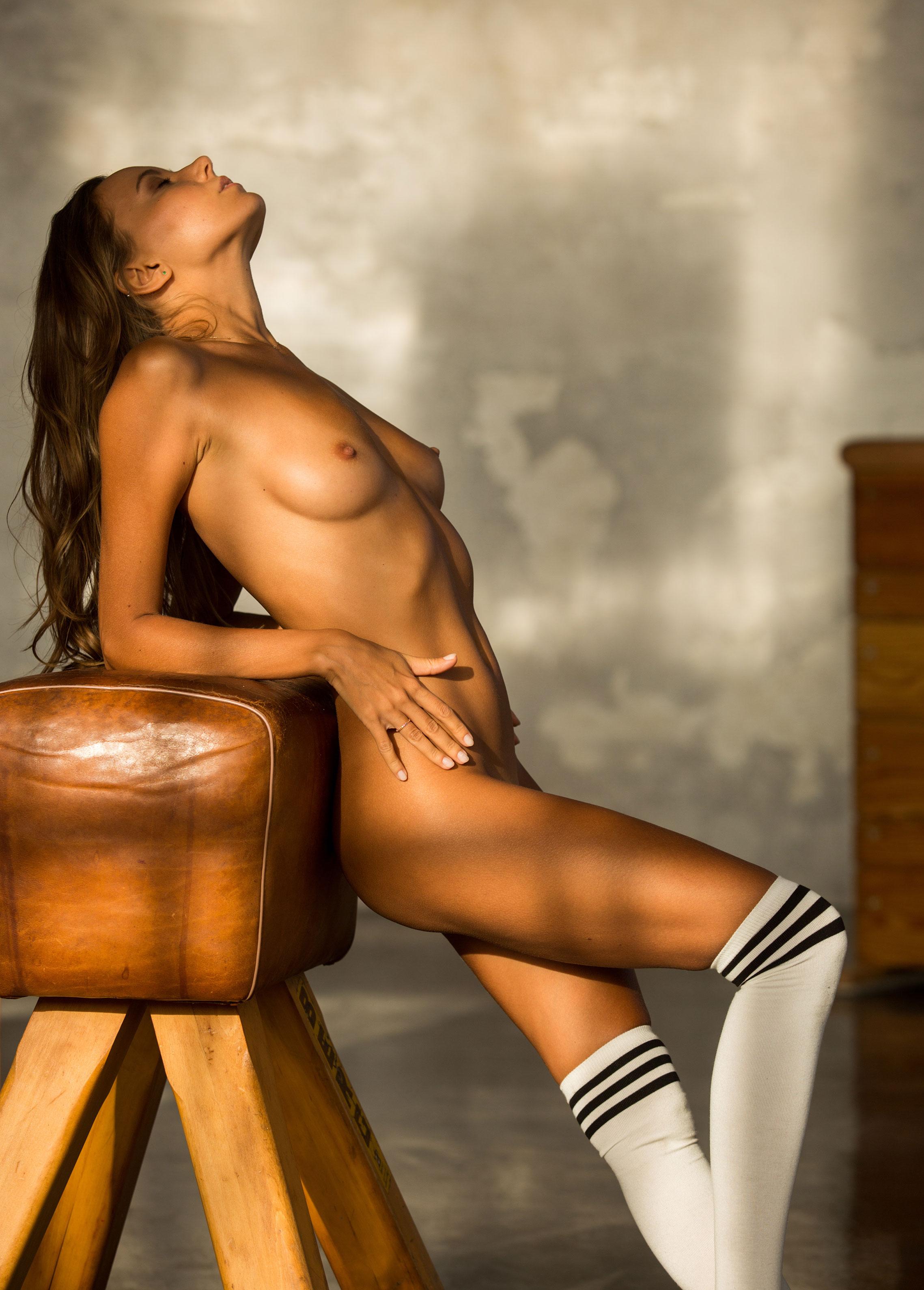 голая Катя Кловер занимается гимнастикой в спортзале / фото 15