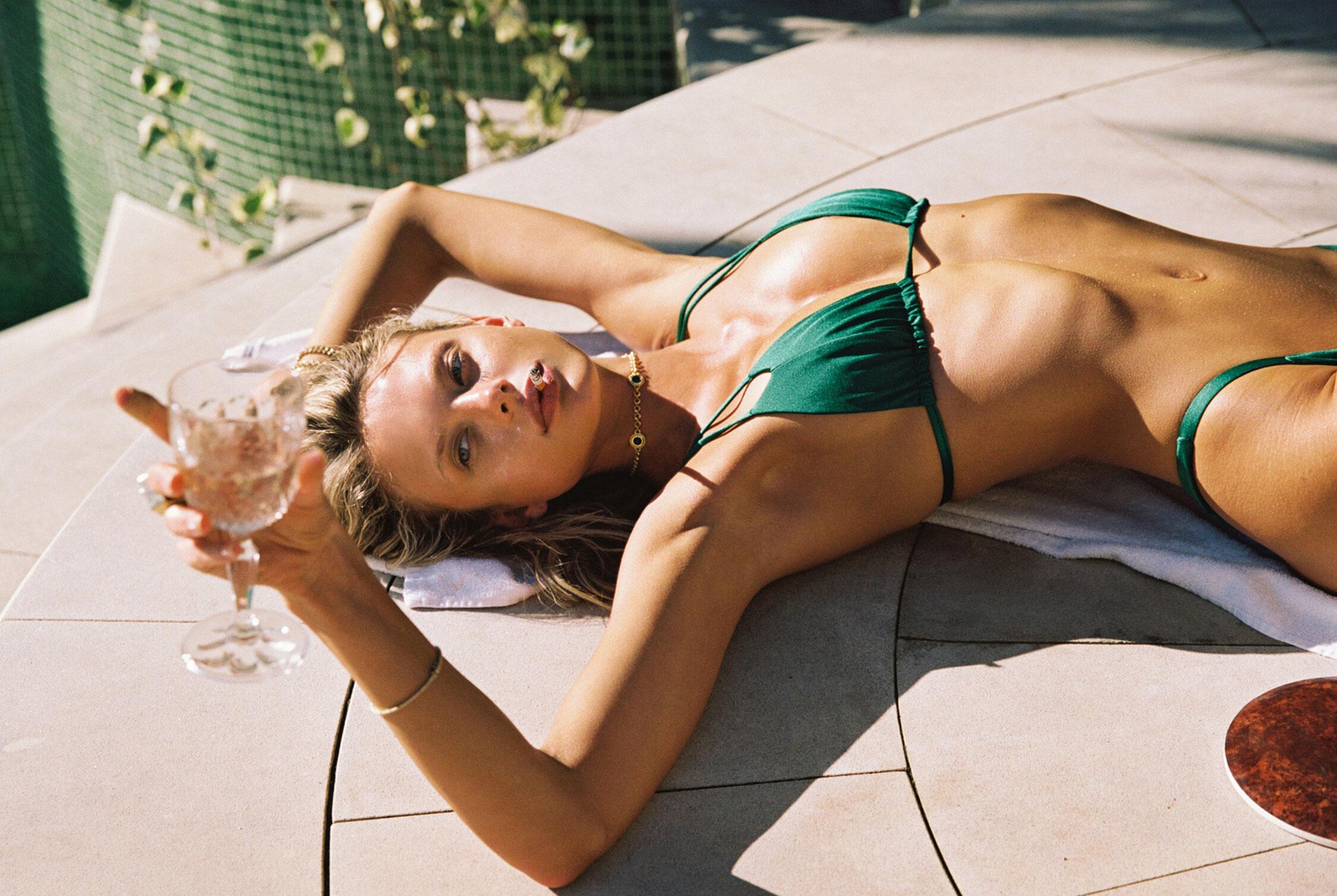 гедонистические развлечения богемы в рекламной кампании коллекции курортной одежды Sommer Swim 2020 / фото 23