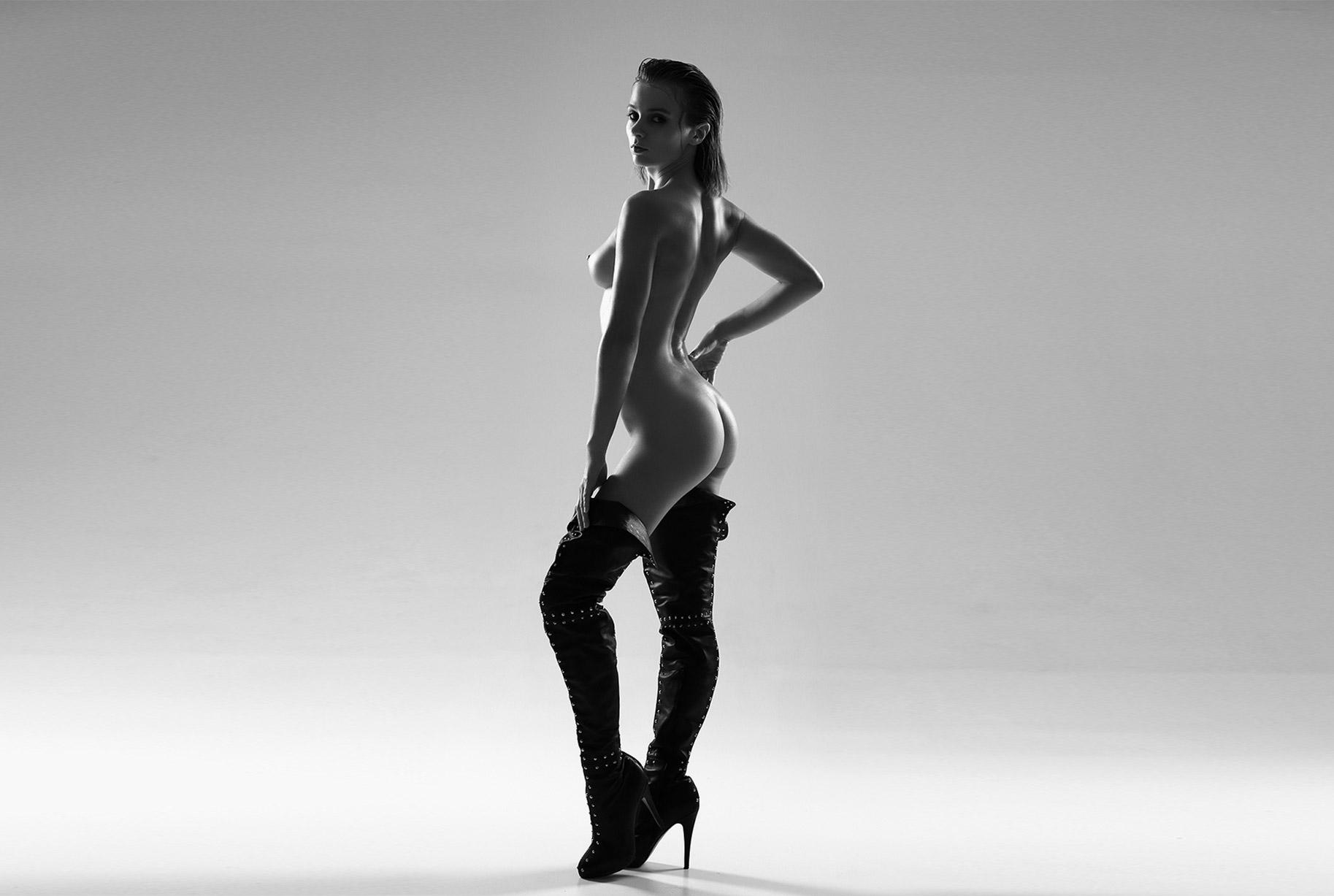 Голая Марта Громова в сексуальных ботфортах / Marta Gromova by Alexander Schlezinger