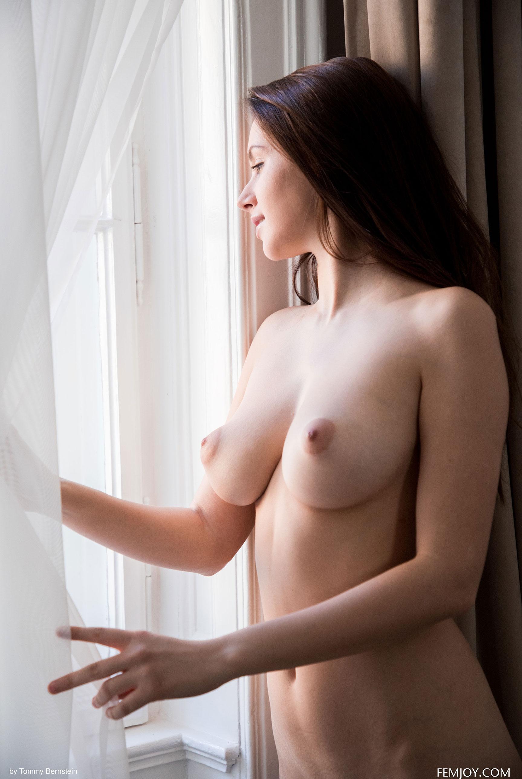 Навстречу новому дню - голая Алиса у окна / фото 01