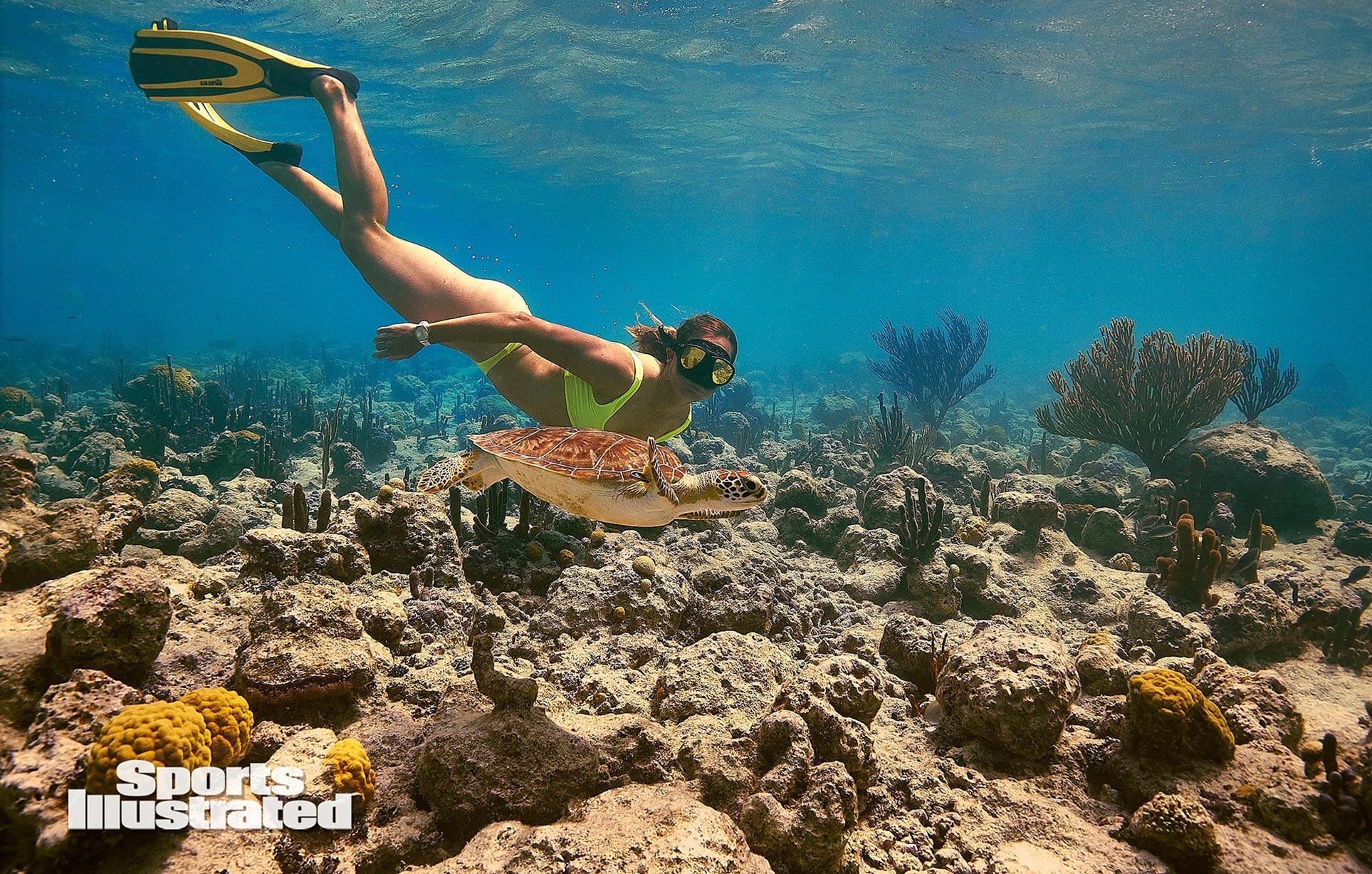 Кортни Конлог в каталоге купальников Sports Illustrated Swimsuit 2020 / фото 03