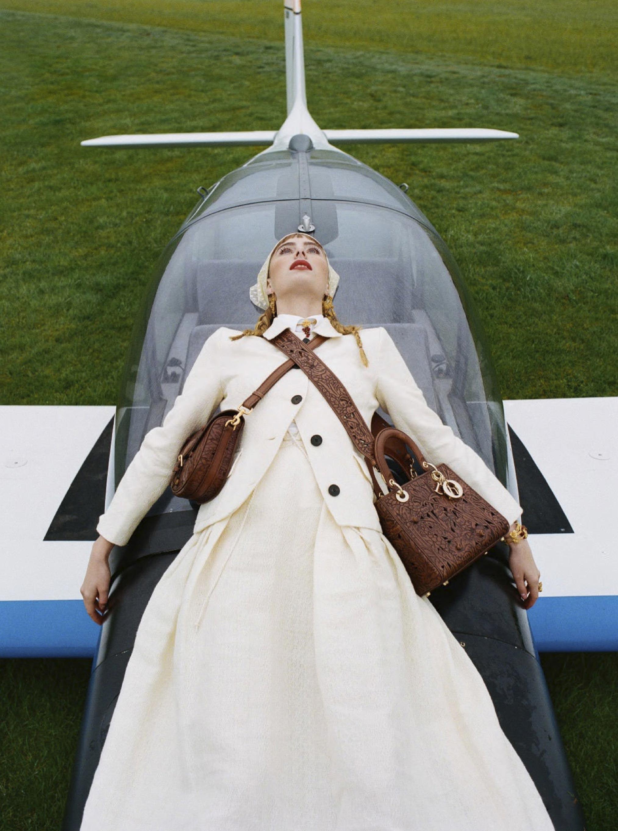 Лолита Гонсалес на крыле самолета / фото 02