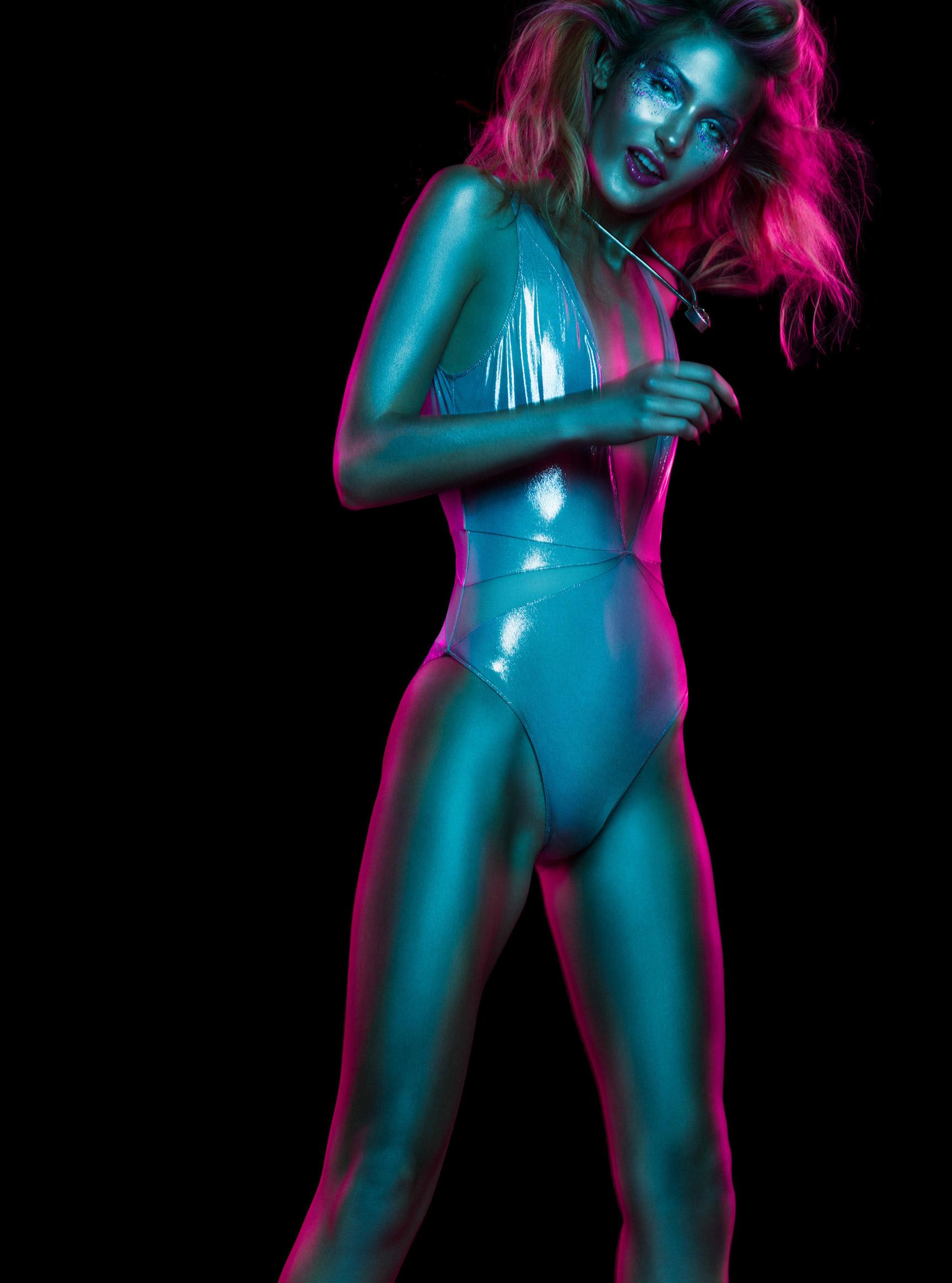 Красивая девушка в отблесках ночи / Рейчел Флинн, фотограф Андре Шнейдер / фото 08