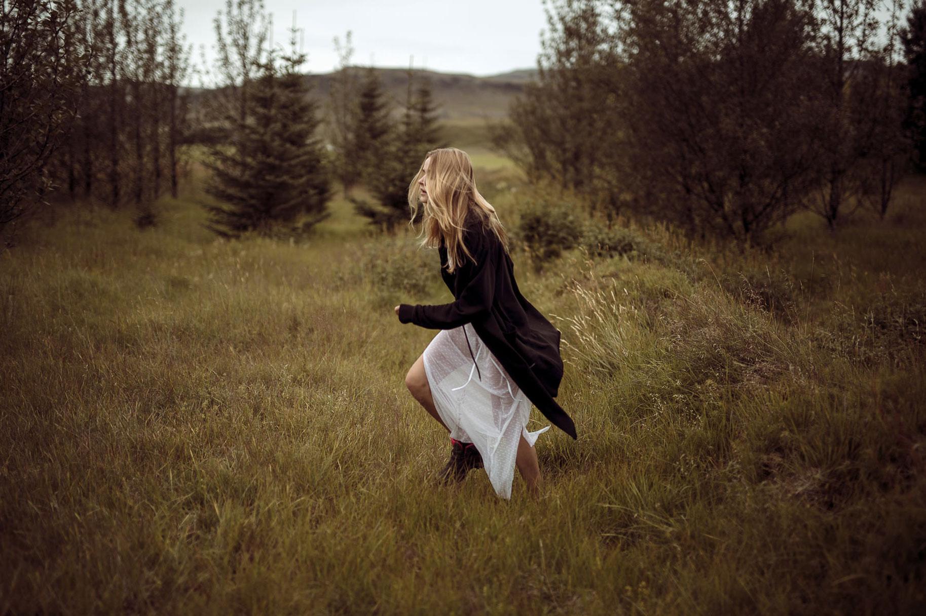 Яна Нагорняк гуляет по лесам и полям Исландии / фото 22