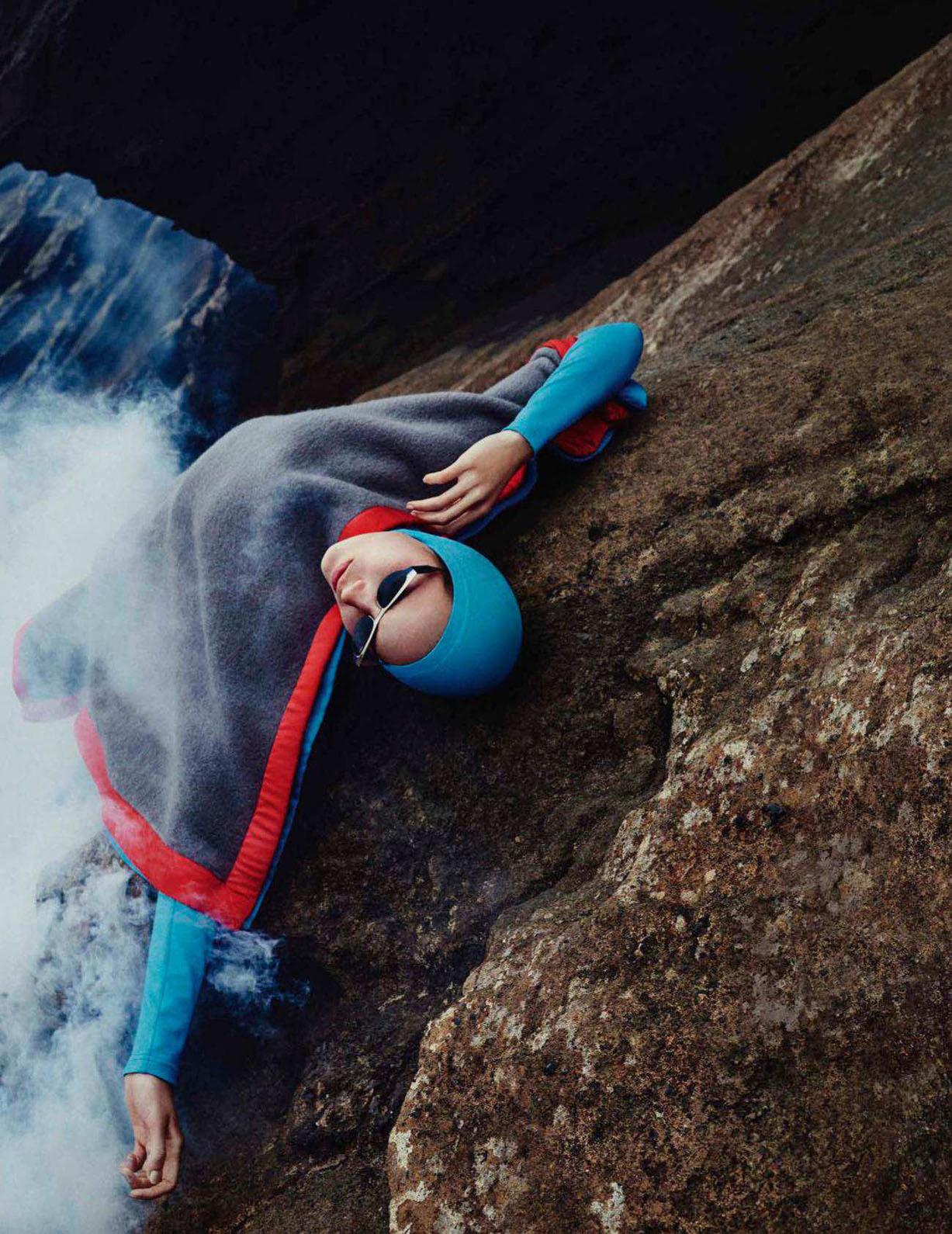 En Tierra Hostil / Julia Bergshoeff by Txema Yeste / Vogue España june 2018