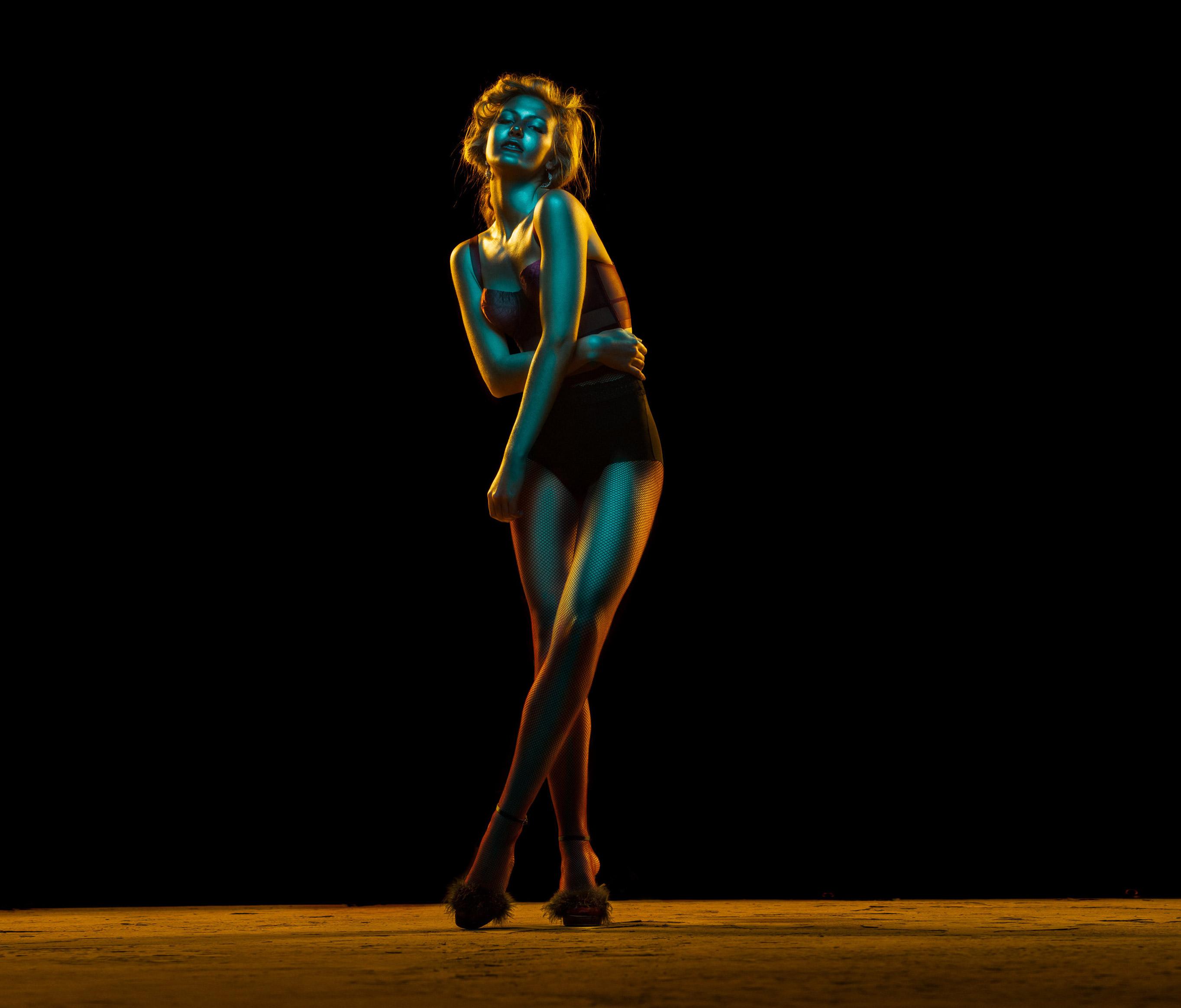 Красивая девушка в отблесках ночи / Рейчел Флинн, фотограф Андре Шнейдер / фото 01