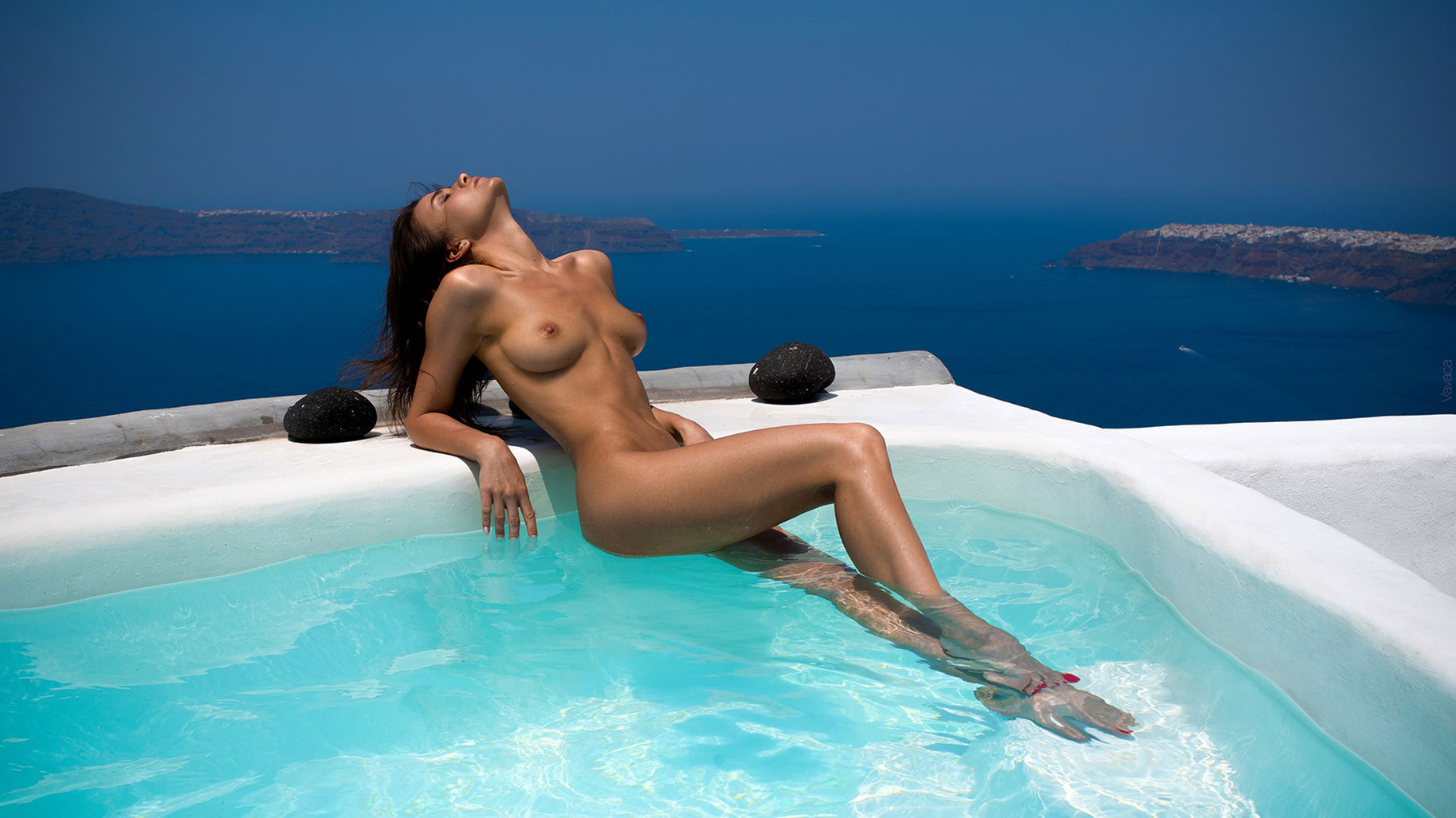 голая Кристина Макарова в бассейне над островом Санторини / фото 08
