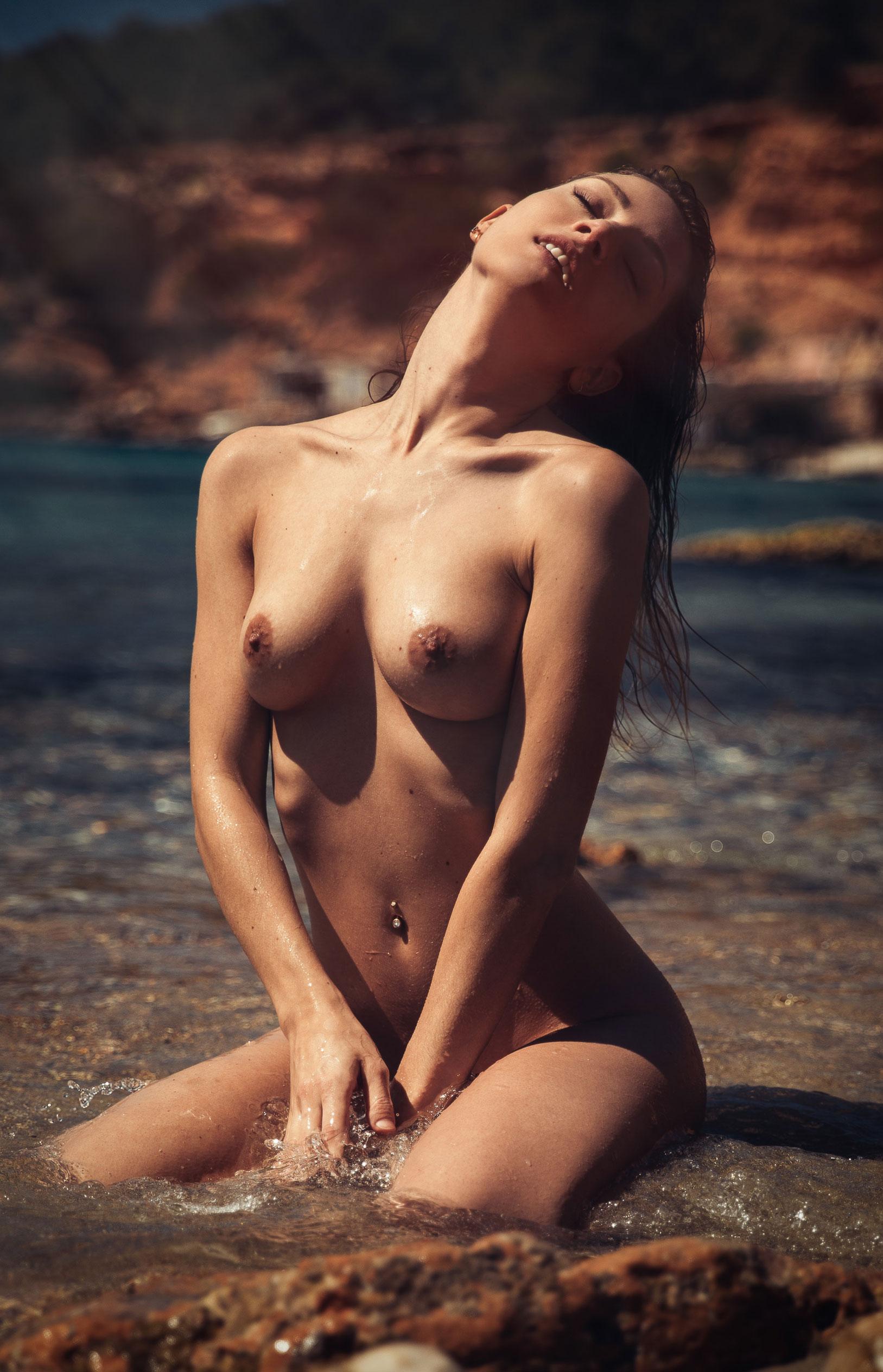 голая девушка на диком пляже на Ибице / фото 12