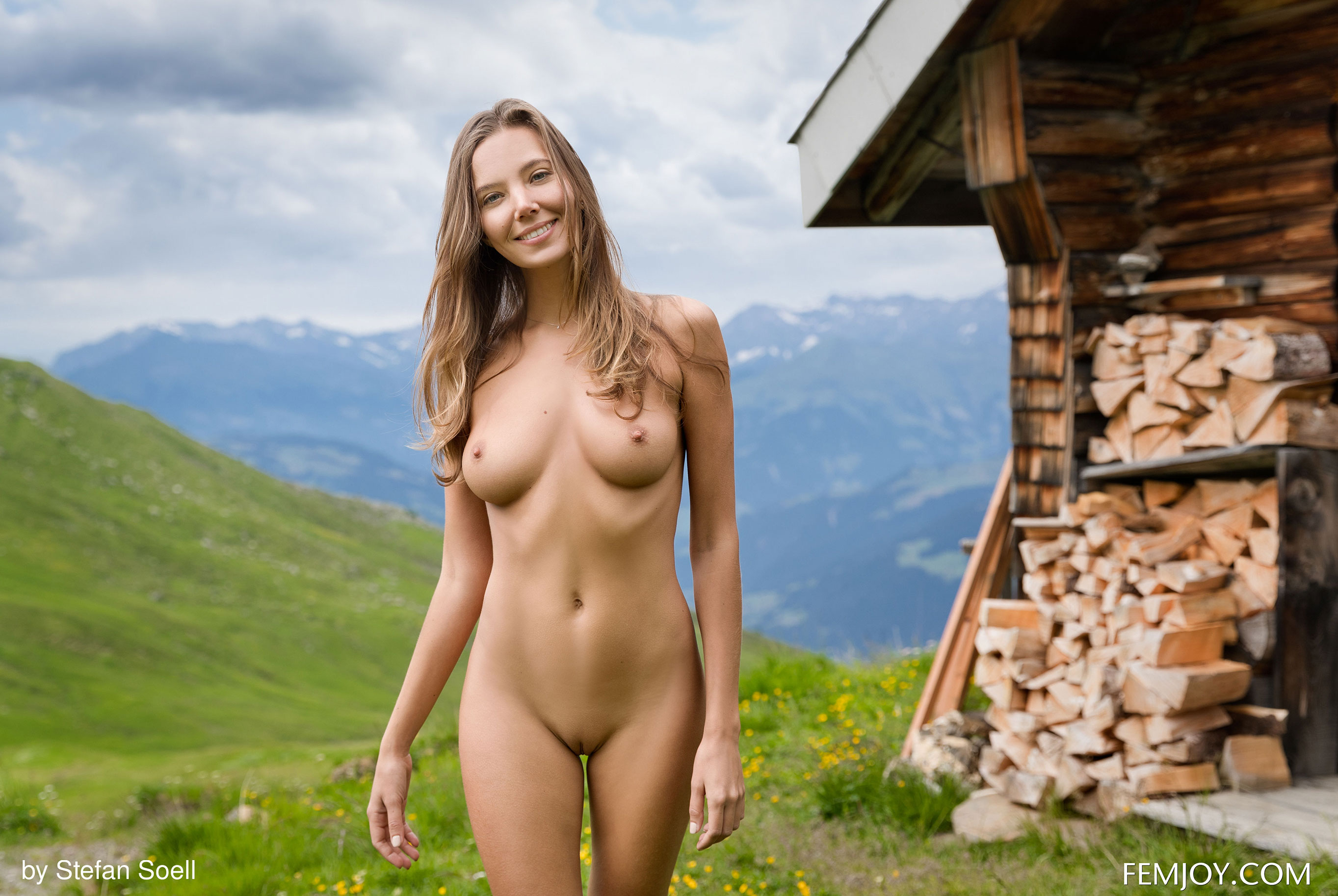 Сексуальная Катя - голая и одинокая в избушке на склоне Альпийских гор / фото 23