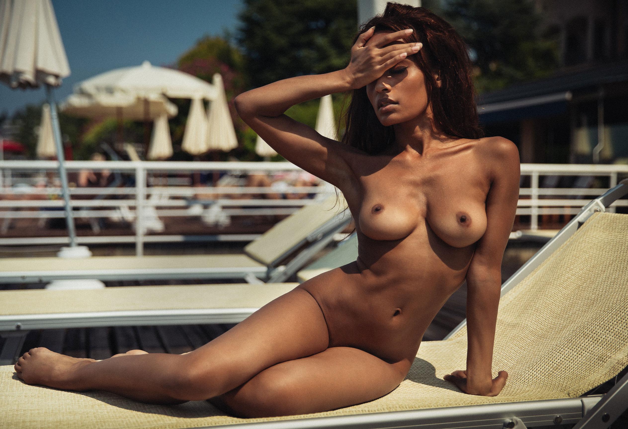 Сексуальная голая девушка загорает под итальянским солнцем / фото 03