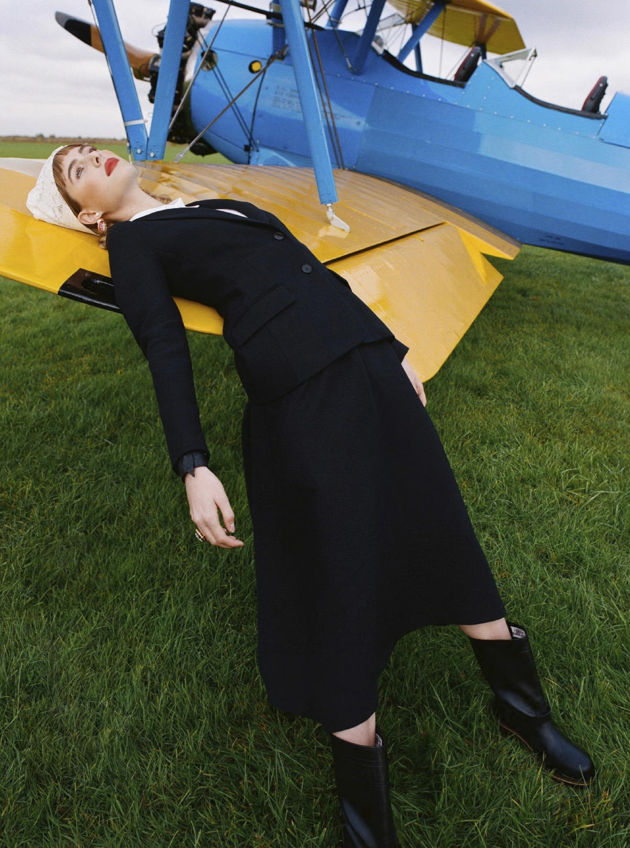 Лолита Гонсалес на крыле самолета / фото 06