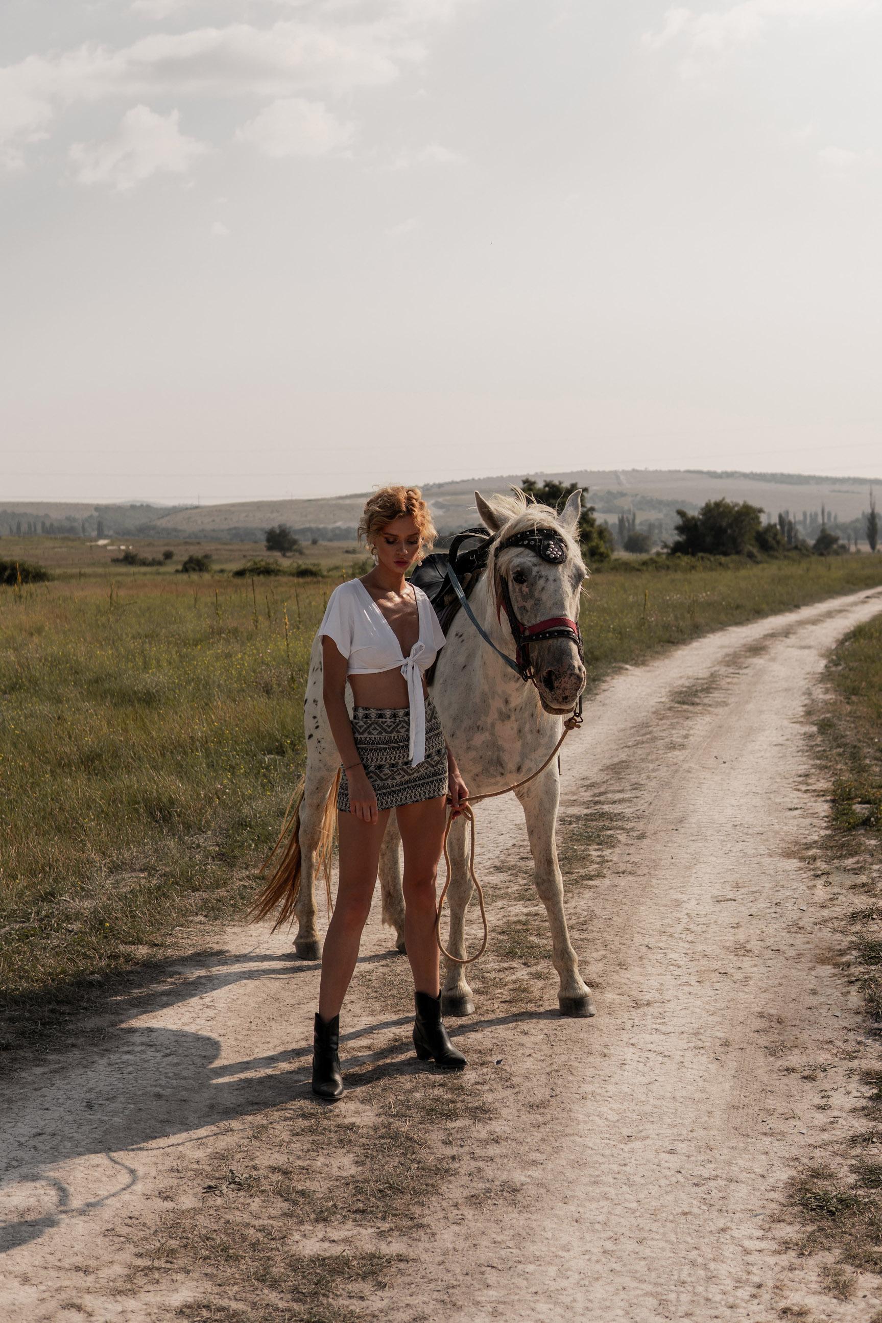 Девушка и лошадь / Даша Степанова в журнале Picton / фото 02
