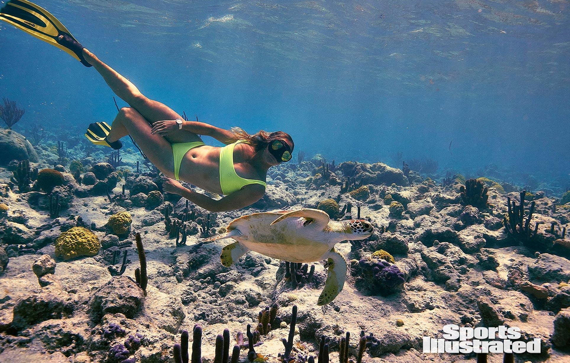 Кортни Конлог в каталоге купальников Sports Illustrated Swimsuit 2020 / фото 04