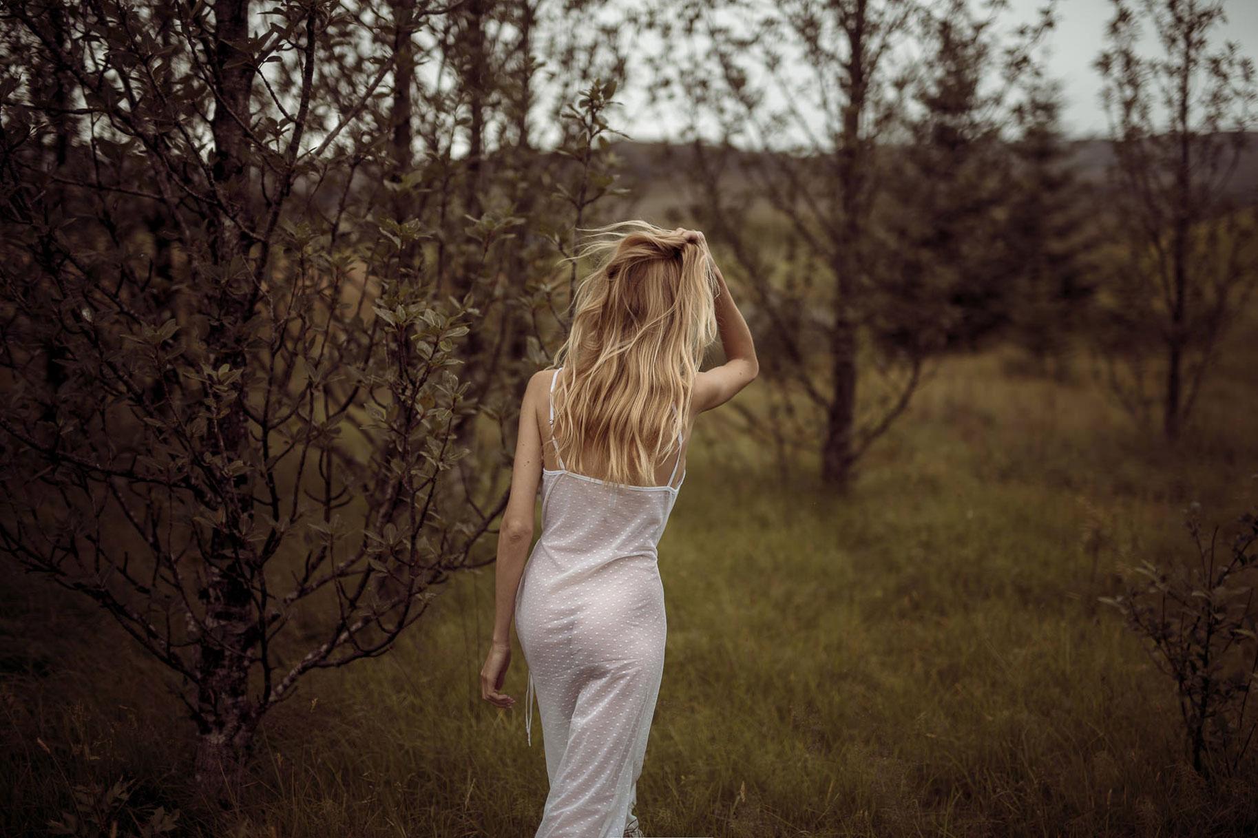 Яна Нагорняк гуляет по лесам и полям Исландии / фото 23
