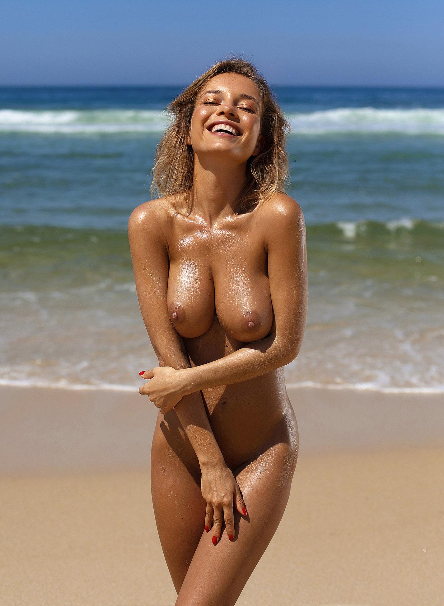 Сексуальная голая Наталья Андреева под жарким солнцем на диком пляже в Португалии / фото 11