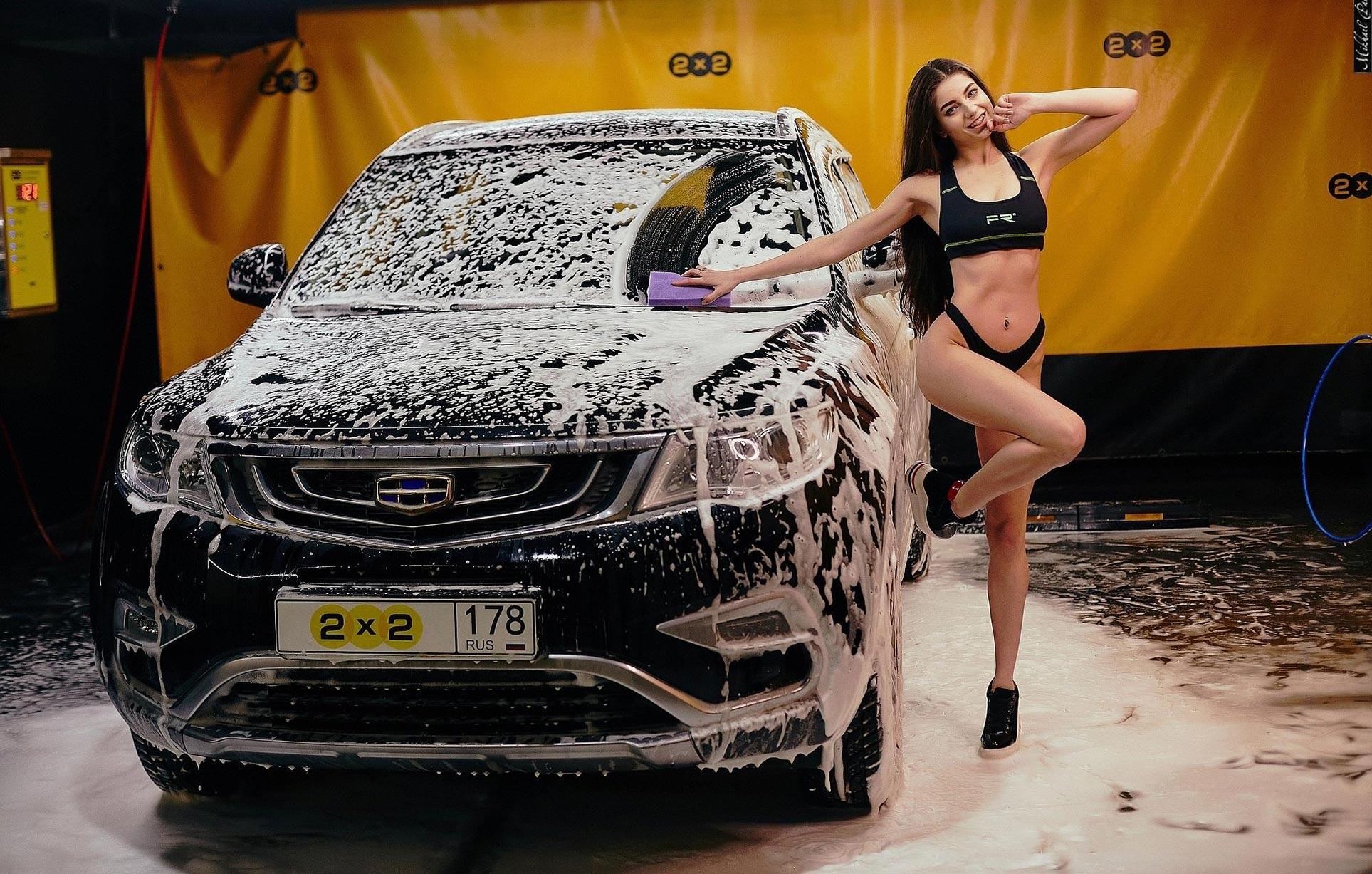 Анна Сазонова в купальнике моет машину / фото 05