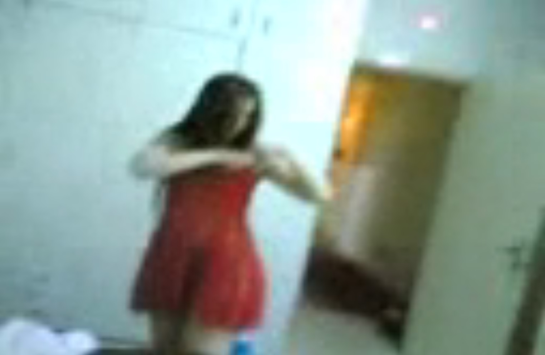 سكس عربى –  تلبس له قميص نوم احمر يظهر كسها لتثيره وينيكها بقوة