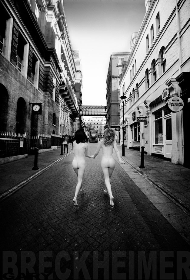 голые девушки на улицах мировых столиц / Naked City by Gary Breckheimer