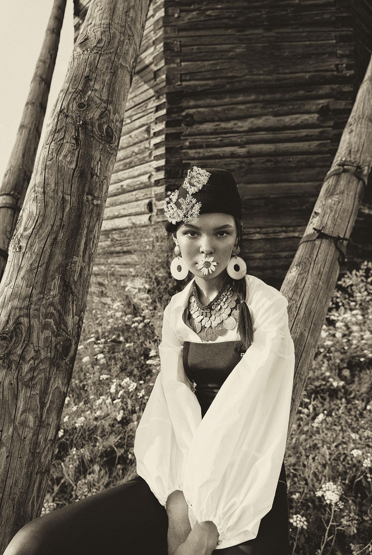 Модные наряды в деревенских интерьерах / фото 11
